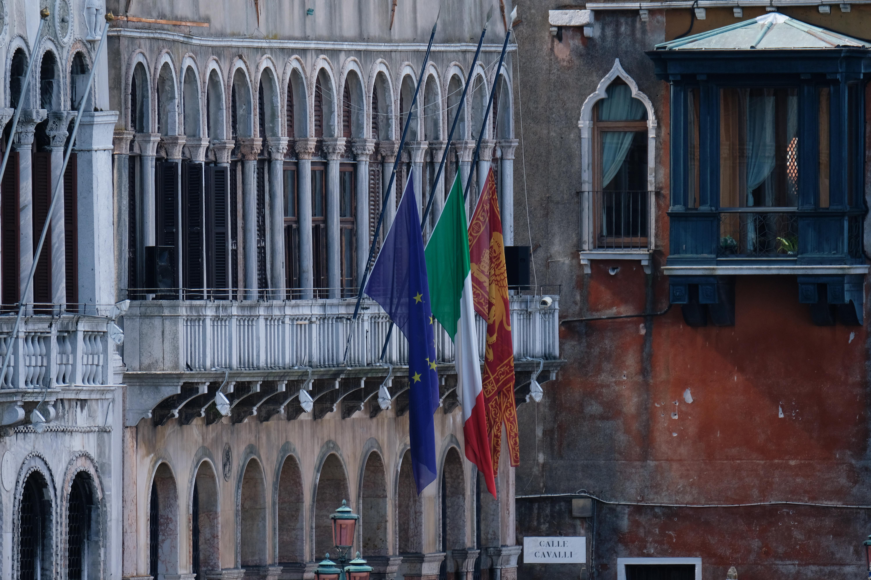 La bandera en el edificio de la municipalidad de Venecia (REUTERS/Manuel Silvestri)