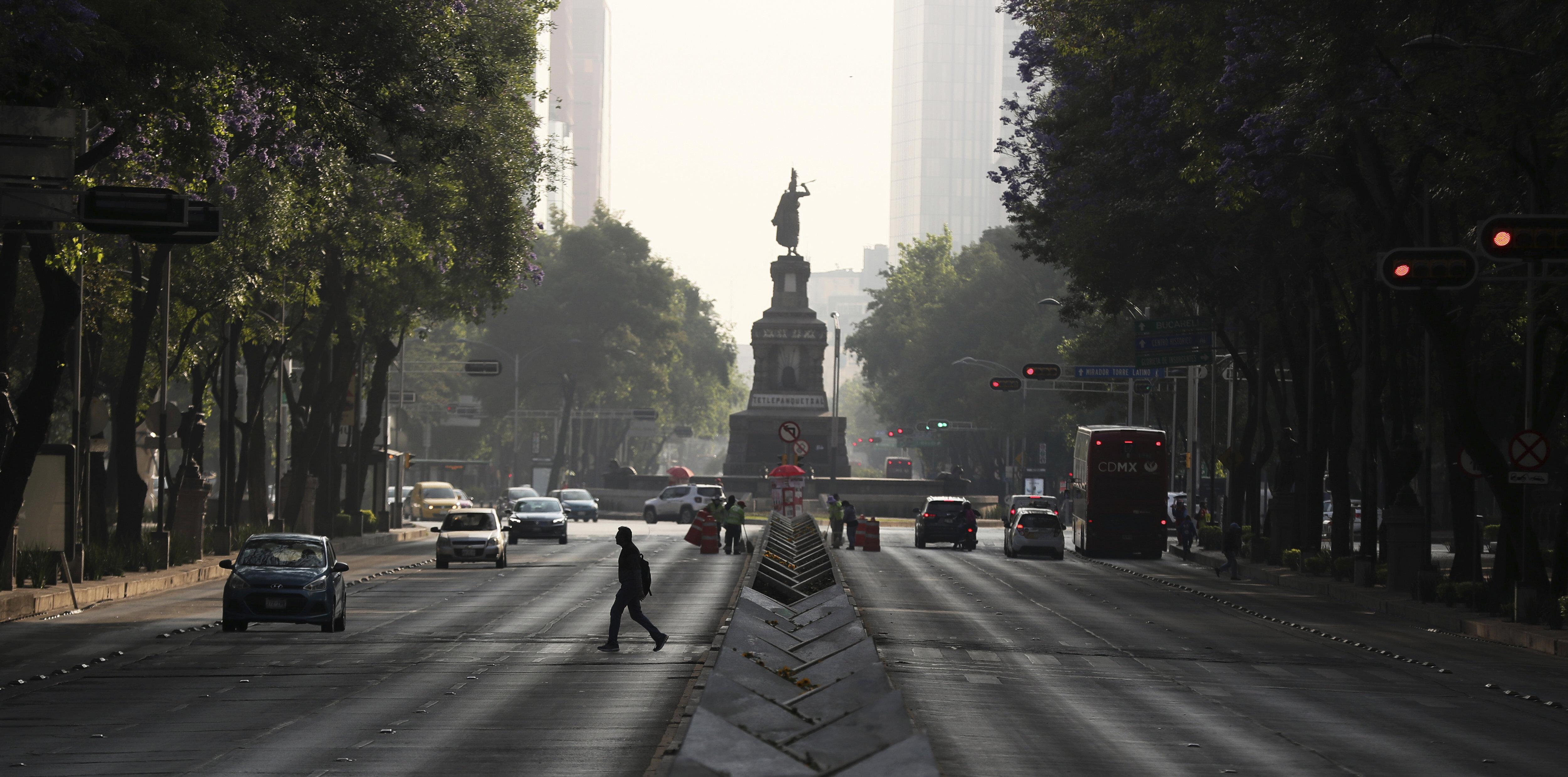 La pandemia ha causado que la Ciudad de México se encuentre mayormente en cuarentena para evitar crear focos de infección del COVID-19 (AP Photo/Fernando Llano)