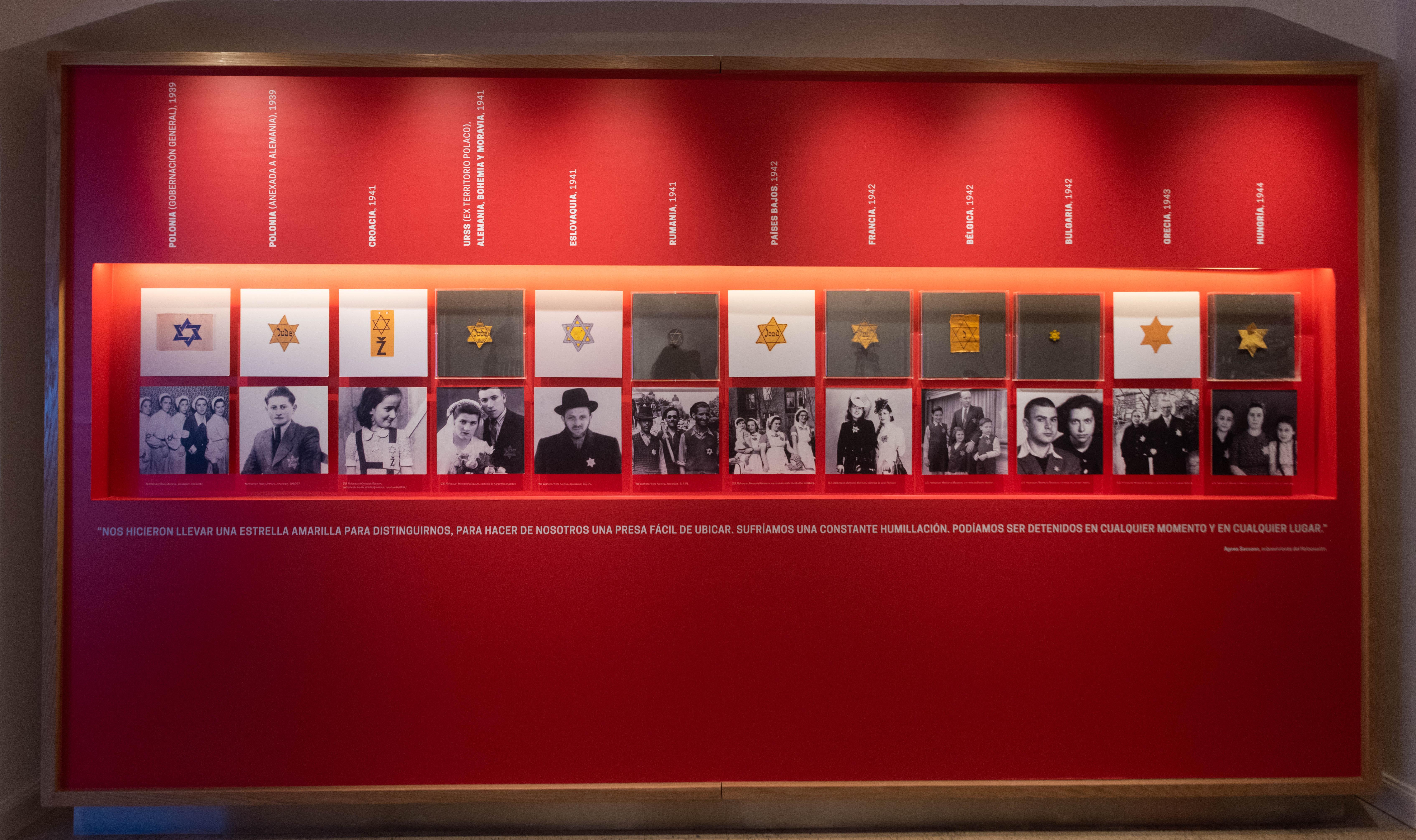 En su primera etapa, la exposición relata el modo en que los judíos de Alemania fueron forzados a emigrar. Los judíos polacos, en cambio, no tuvieron la suerte de advertir las ideas del régimen totalitario que el 1° de septiembre de 1939 los invadió. La historia retuvo ese día como el del comienzo de la Segunda Guerra Mundial. La primera fase del exterminio consistió en la concentración de judíos como una medida temporaria para la búsqueda de soluciones territoriales