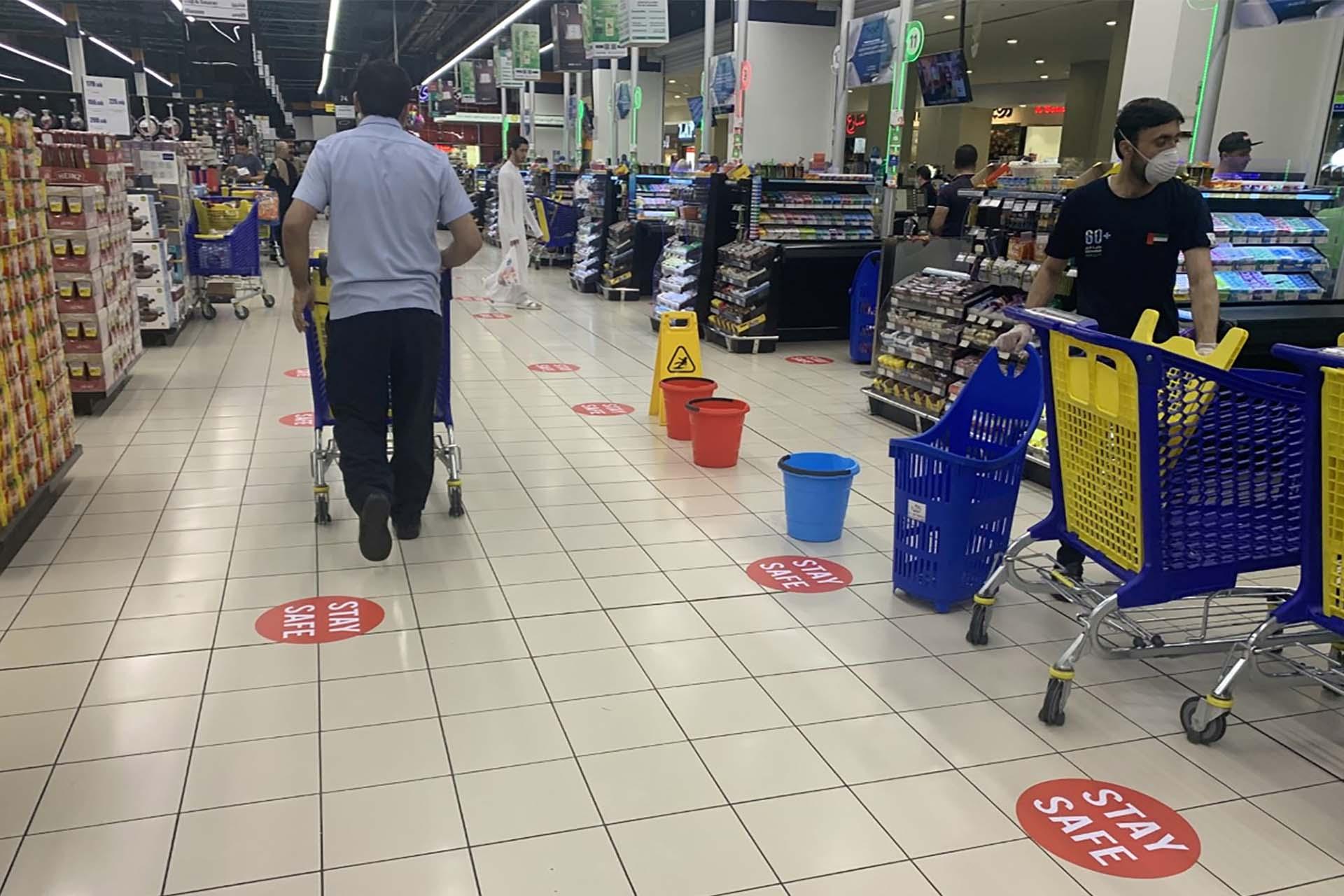 El suelo de un supermercado en Dubai con las marcas para mantener la distancia.