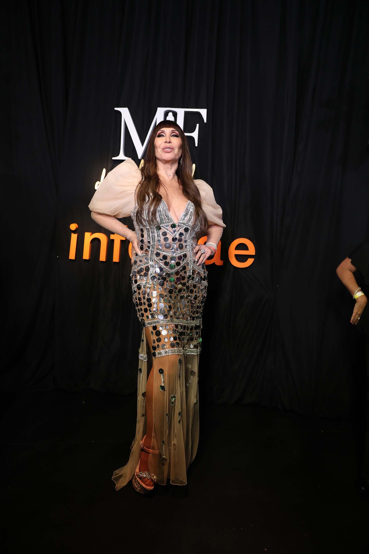 La diva argentina Moria Casán vestida por la diseñadora Maureene Dinar con un vestido de tul elastizado color rosa melón, con pedrería de canutillos