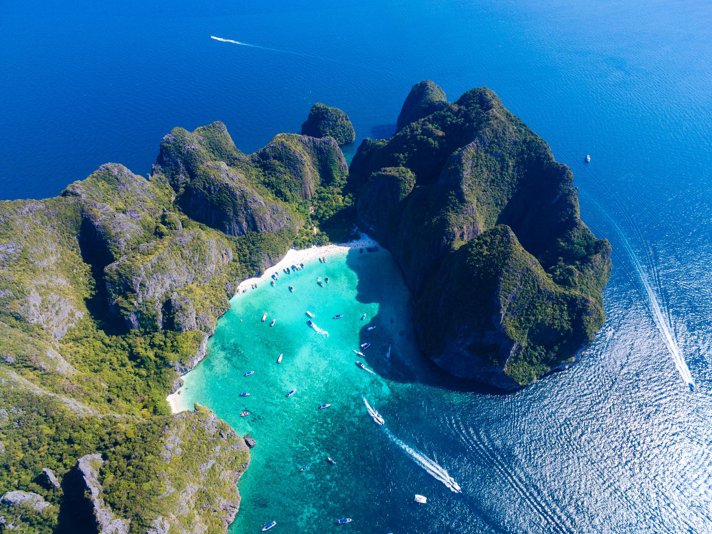 Se dice que Maya Beach en Koh Phi Phi Le Thailand es una de las islas más impresionantes del mundo. Por años, los turistas llegaron en hordas a este lugar, con la ilusión de estar por un rato en el