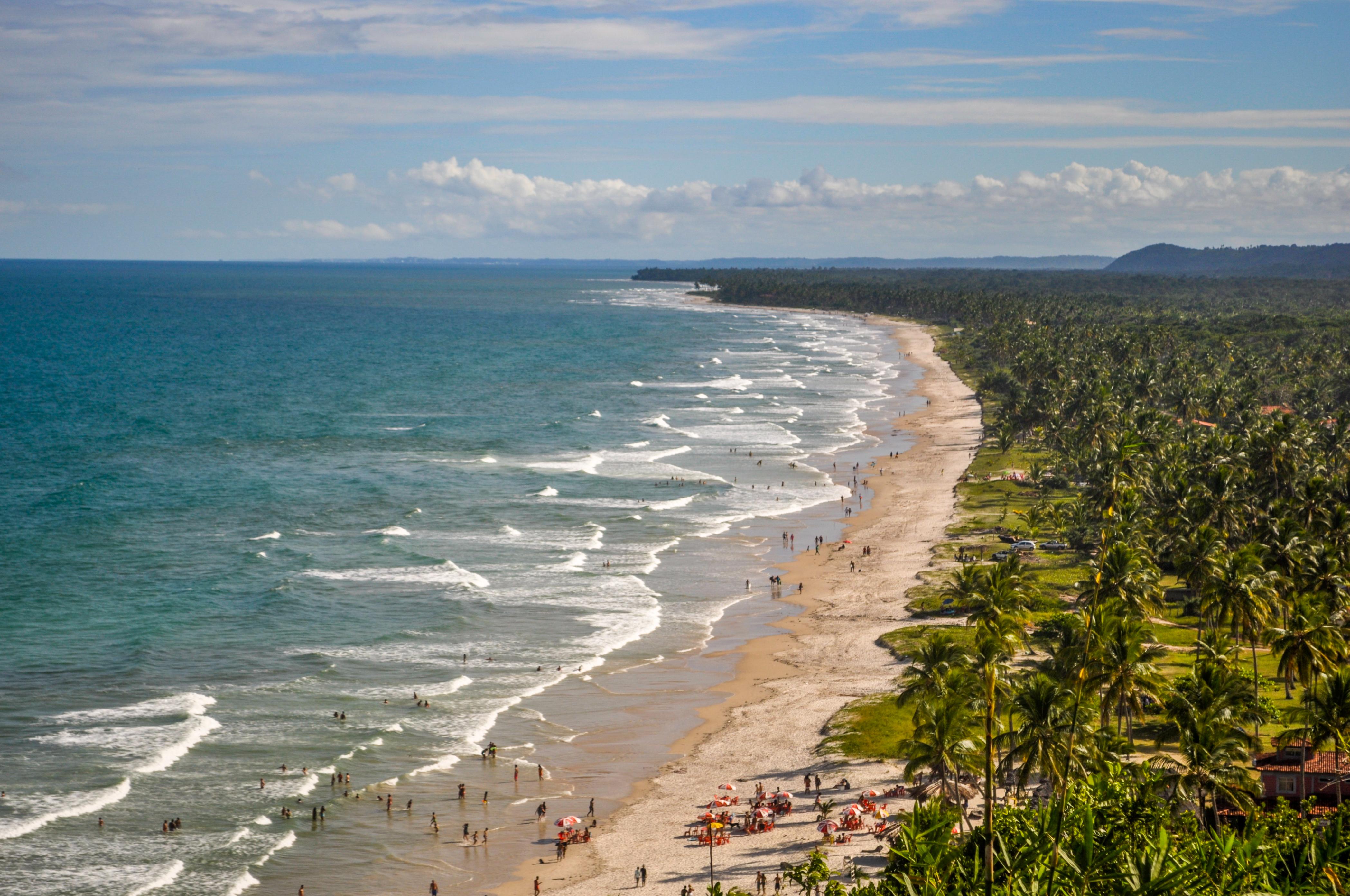 Al sur del río Tijuipe, lindas playas vírgenes se extienden por varios kilómetros: las playas de Serra Grande en el Área de Protección Ambiental, están accesibles por la ruta-parque que une Ilhéus e Itacaré. La playa Sargi, concentra la mayoría de las posadas, bares, restaurantes y cabañas