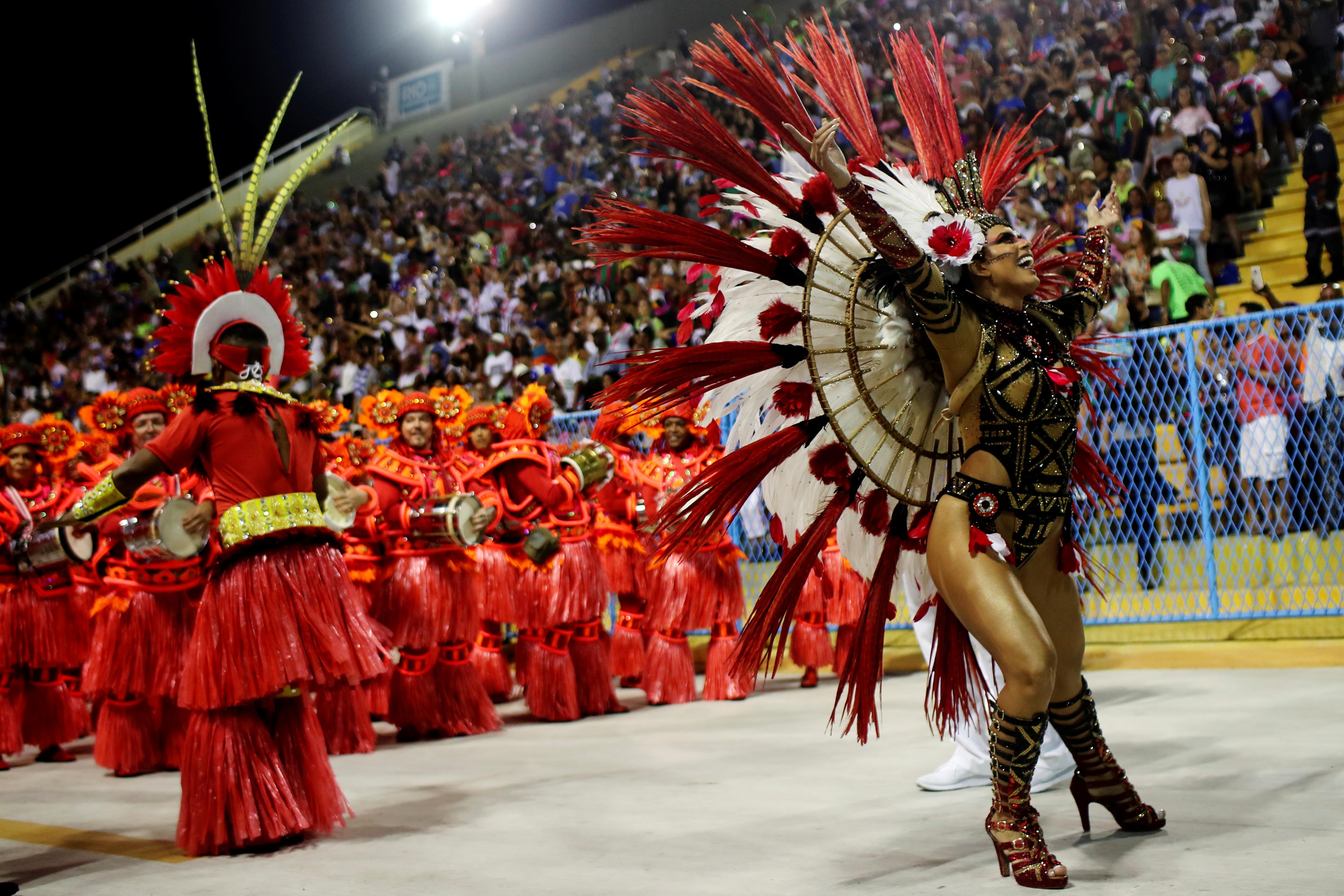 La reina de la escuela de samba Estacio de Sa reacciona poco antes del comienzo de la primera noche del desfile de carnaval en el Sambódromo de Río de Janeiro (REUTERS / Ricardo Moraes)