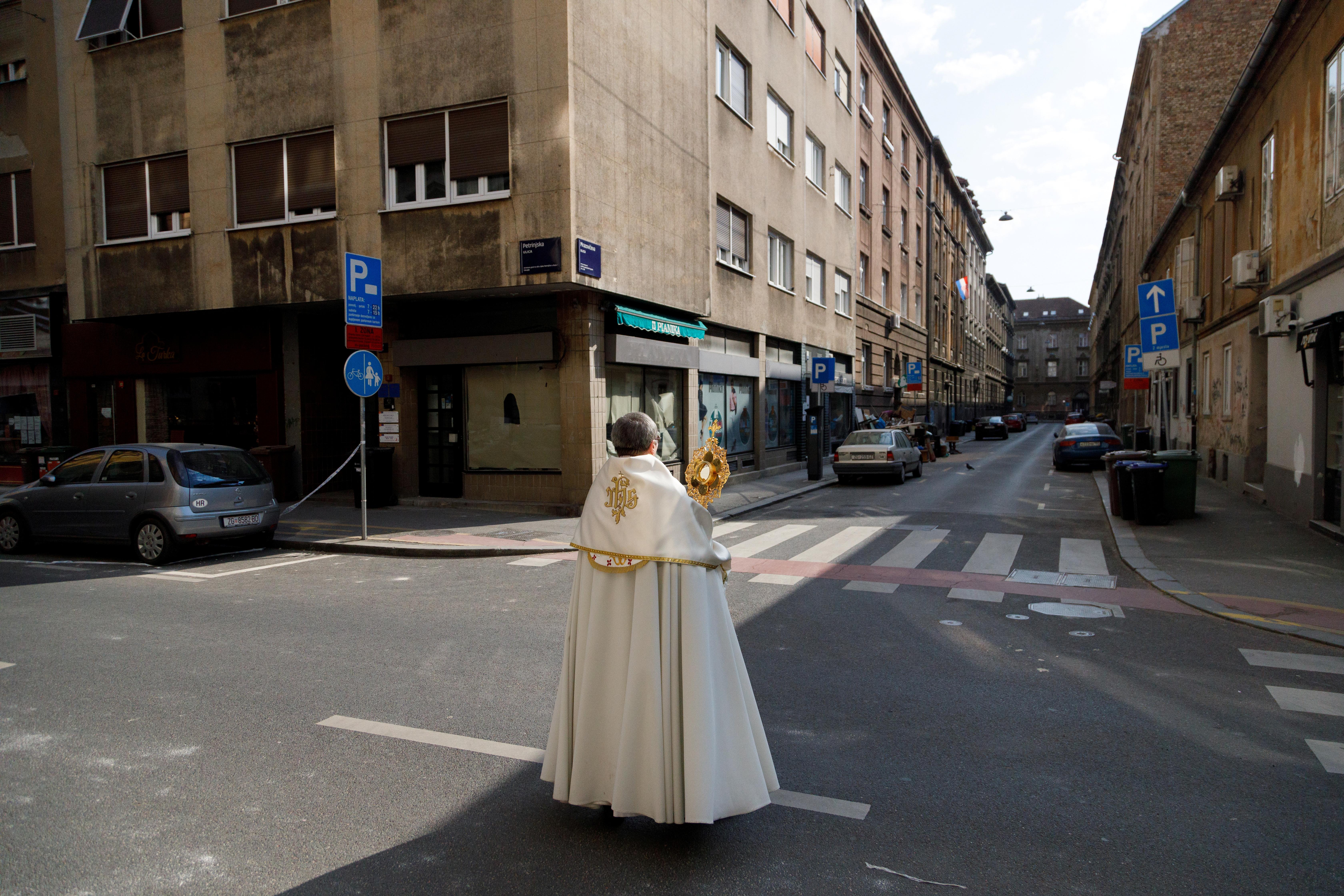 CROACIA - El padre Ivan Matic salió a las calles de Zagreb a celebrar el domingo de Pascuas y a bendecir a las personas en los balcones