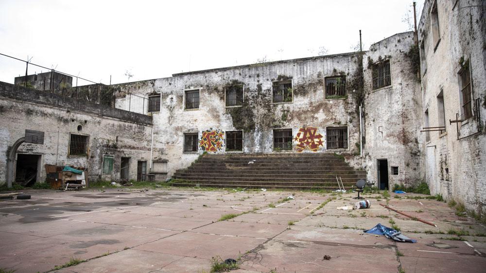 Ideada en 1960 por la Comisión Nacional de Construcciones Penitenciarias como parte de un complejo judicial que se quedó a mitad de camino, la