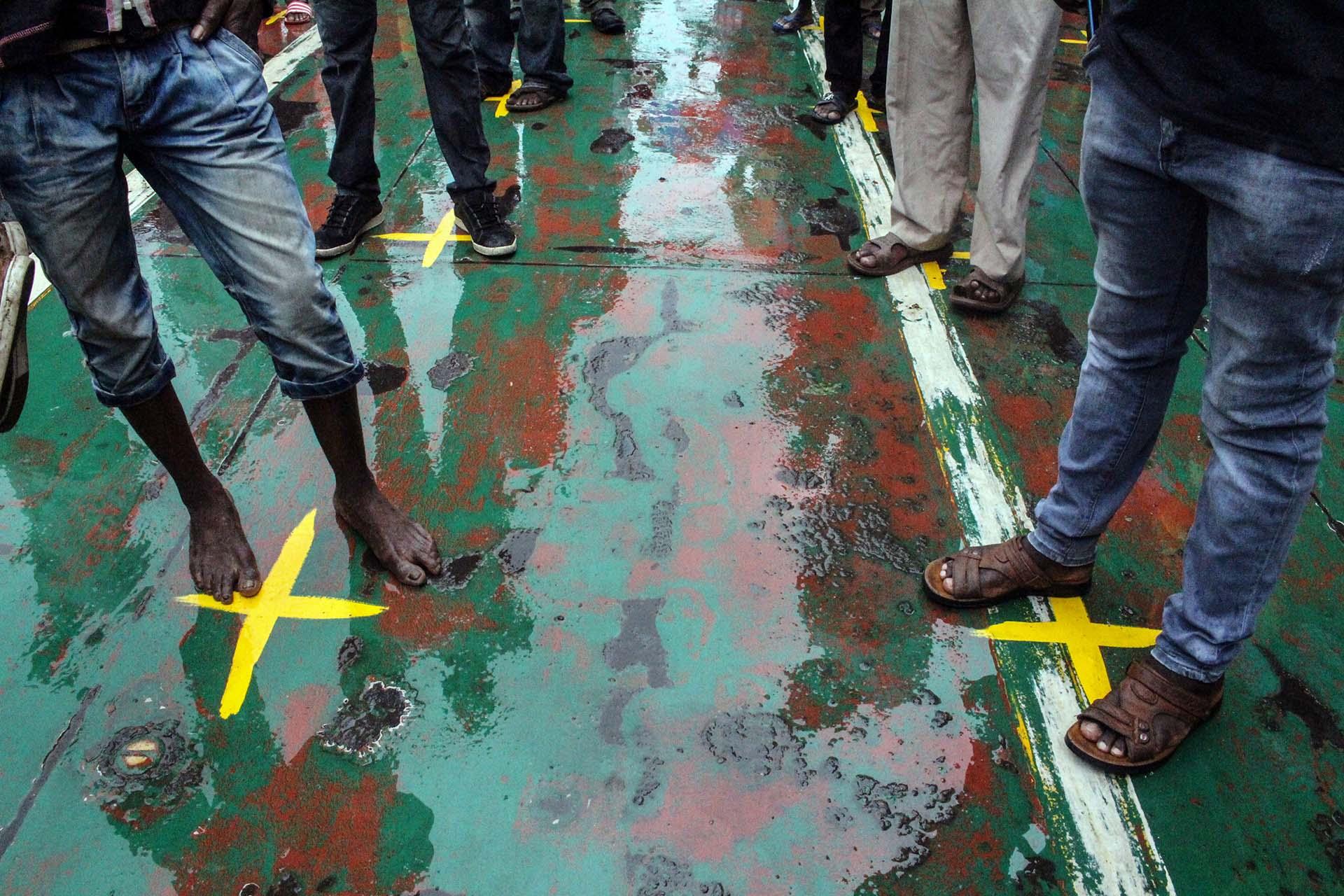 Pasajeros de un ferry en la terminal de Mombasa en la India.