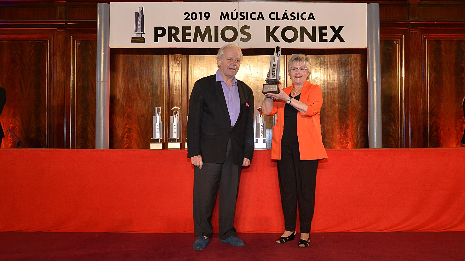 Emilio Basaldúa entrega el galardón a y Marilú Anselmi, madre del premiado Marcelo Lombardero