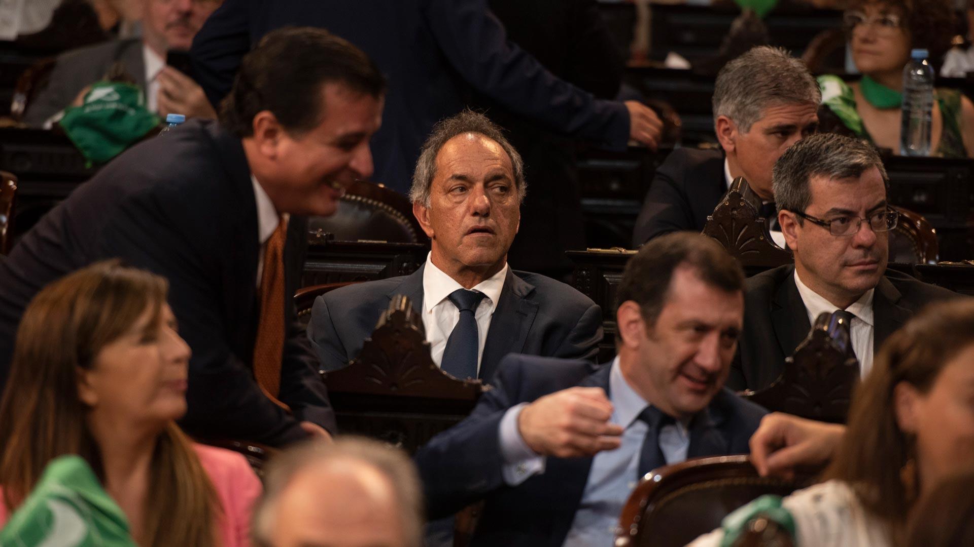 Daniel Scioli, designado embajador ante Brasil, con un clásico traje y corbata en tonos azul marino.