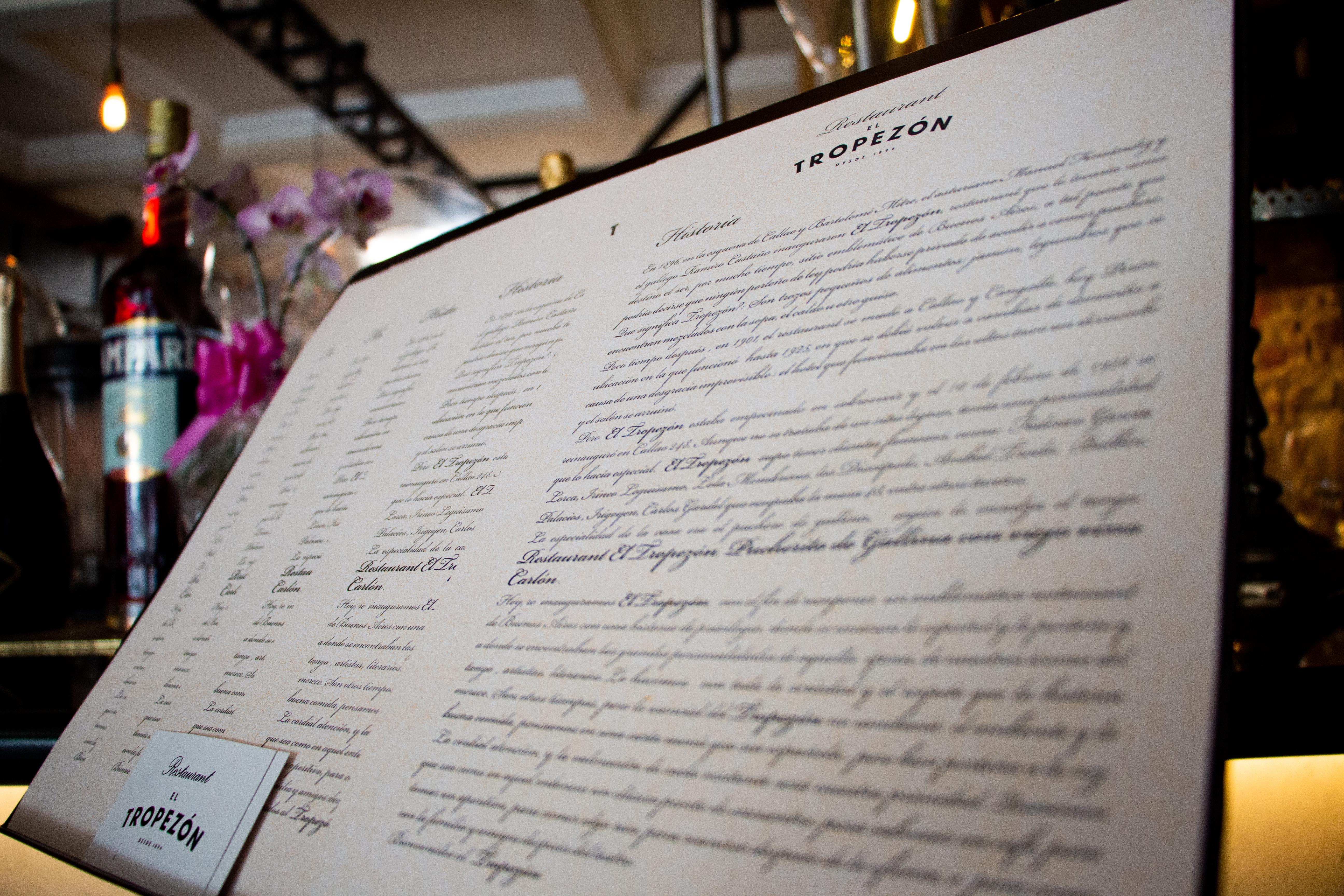 La carta actual es variada y sigue predominando la fusión de lo porteño con lo español, e invita a los comensales a viajar en el tiempo y vivir la experiencia que amaban los íconos del tango, artistas, escritores y poetas