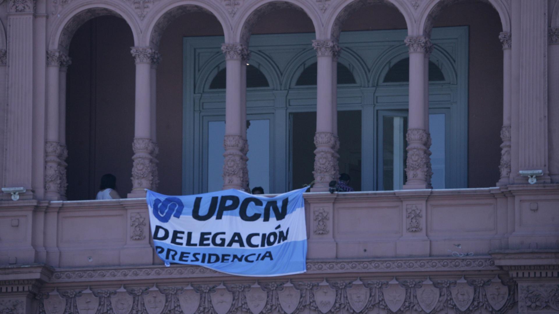 Una bandera celeste y blanca de la delegación del gremio UPCN-Presidencia en uno de los balcones de la Casa Rosada