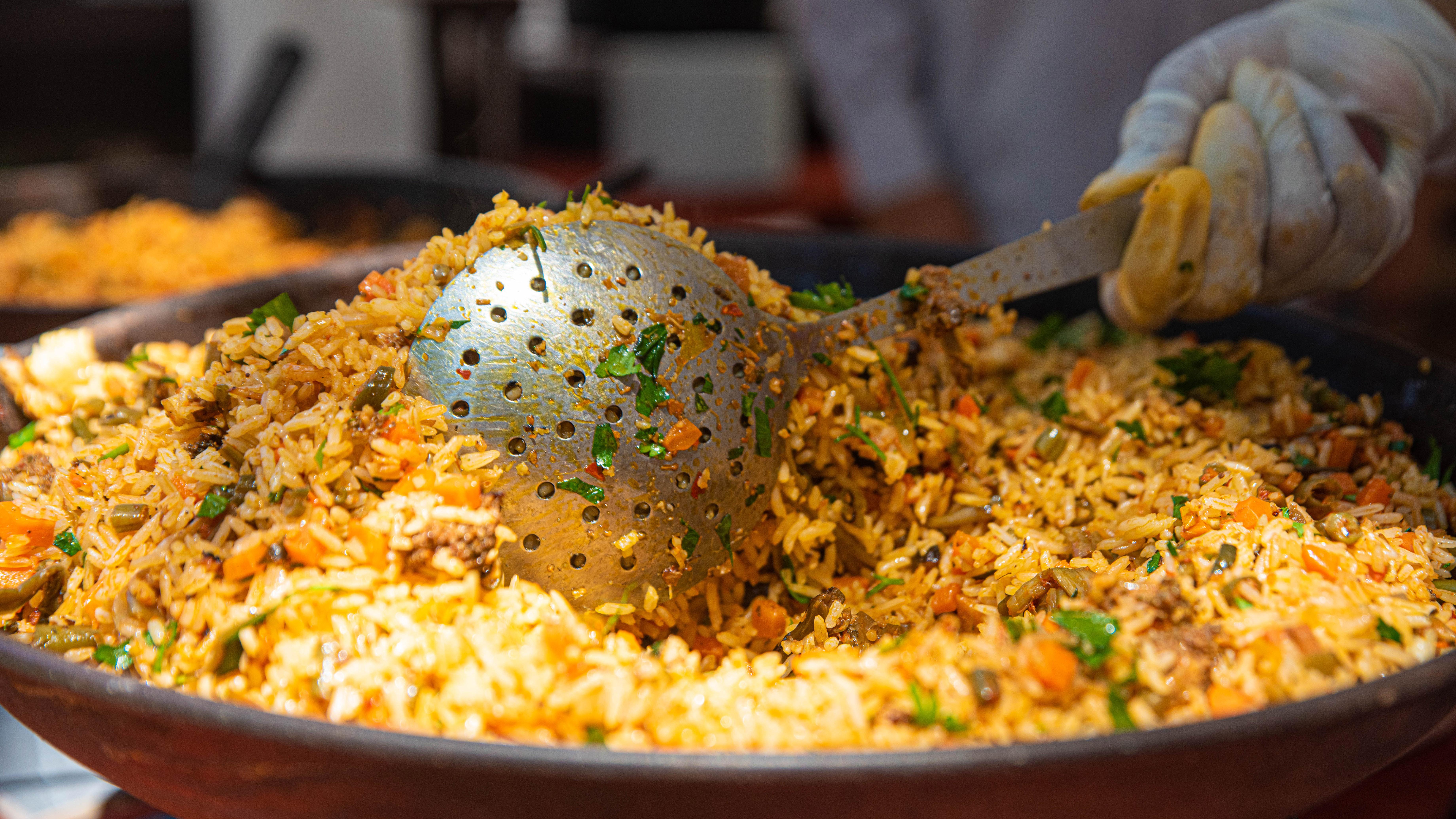A la hora del almuerzo, también se podían comprar platos abundantes de arroz con vegetales.