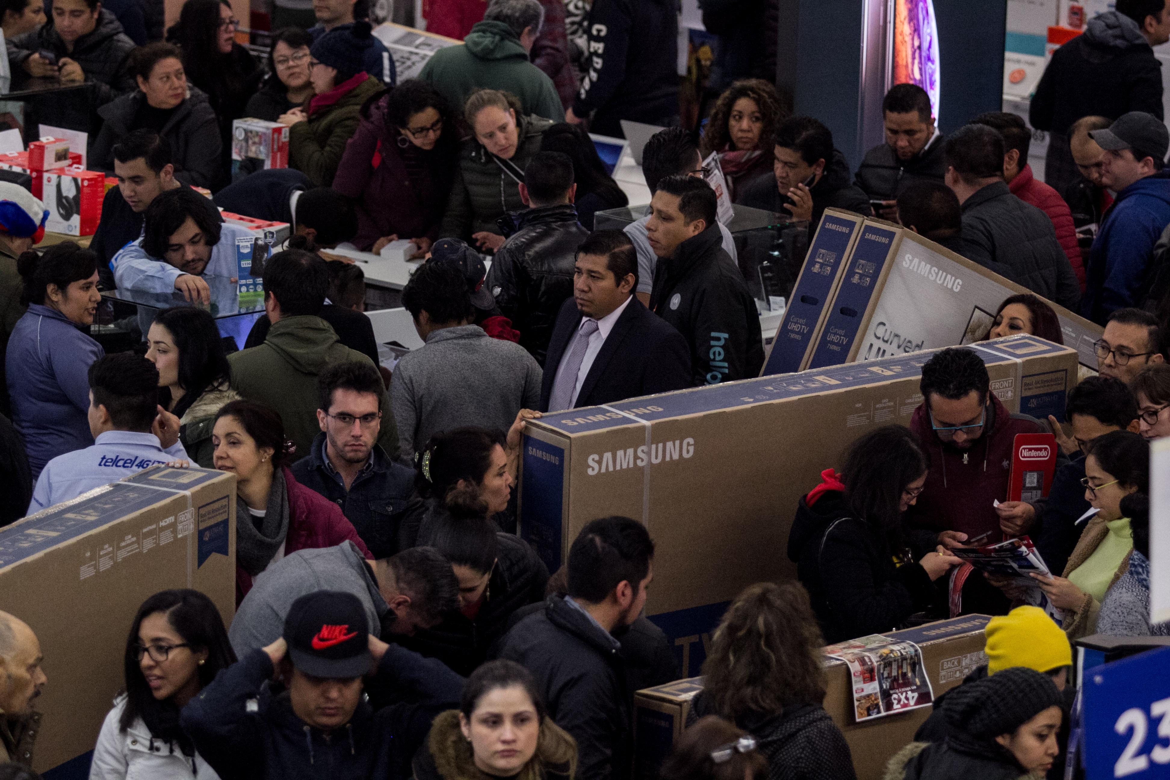 En las tiendas pueden apreciar grandes filas de personas con todo tipo de electrodomésticos (Foto: Cuartoscuro)