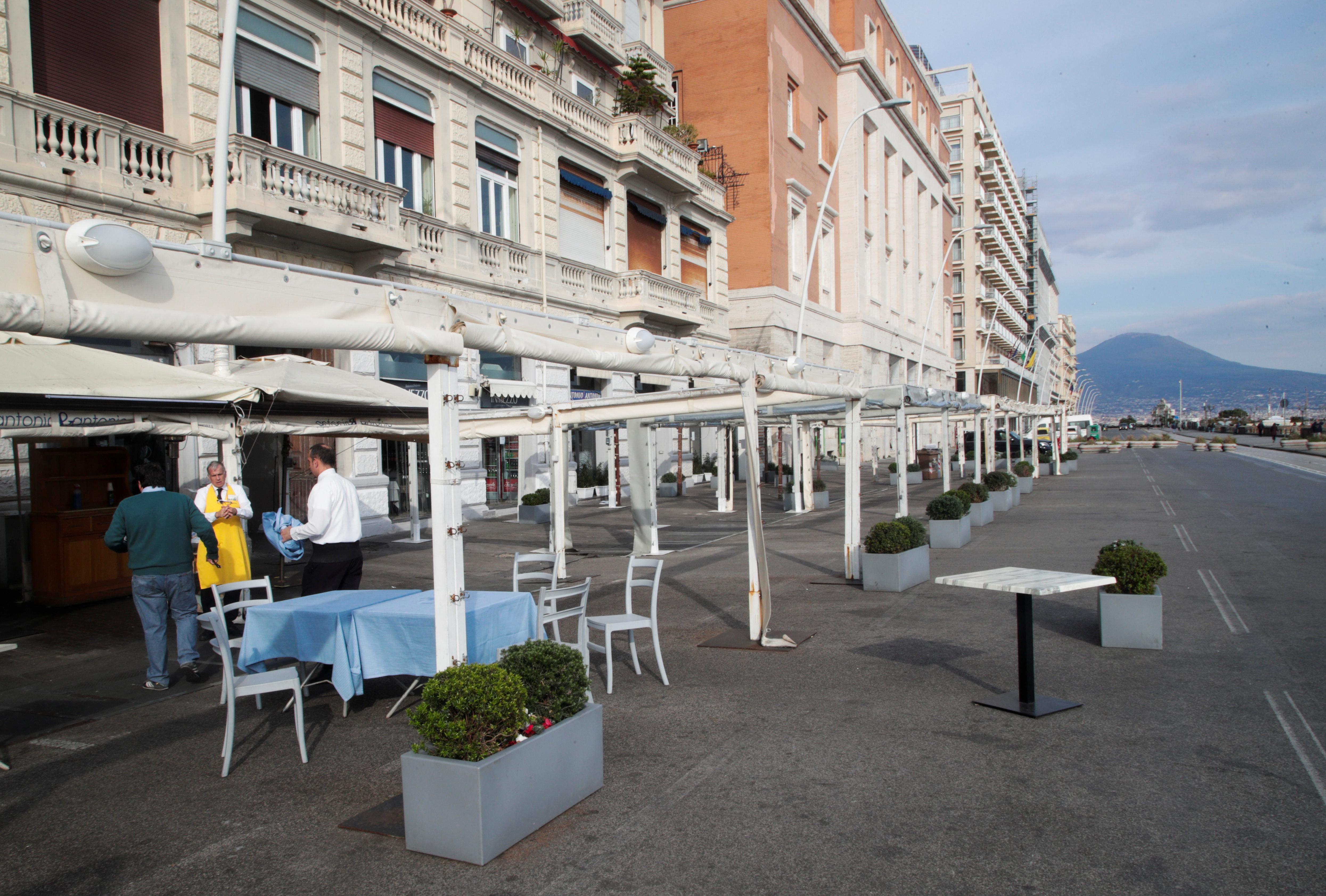 Un restaurante cerrado en Via Partenope, en Nápoles, el 10 de marzo de 2020. (REUTERS / Ciro De Luca)