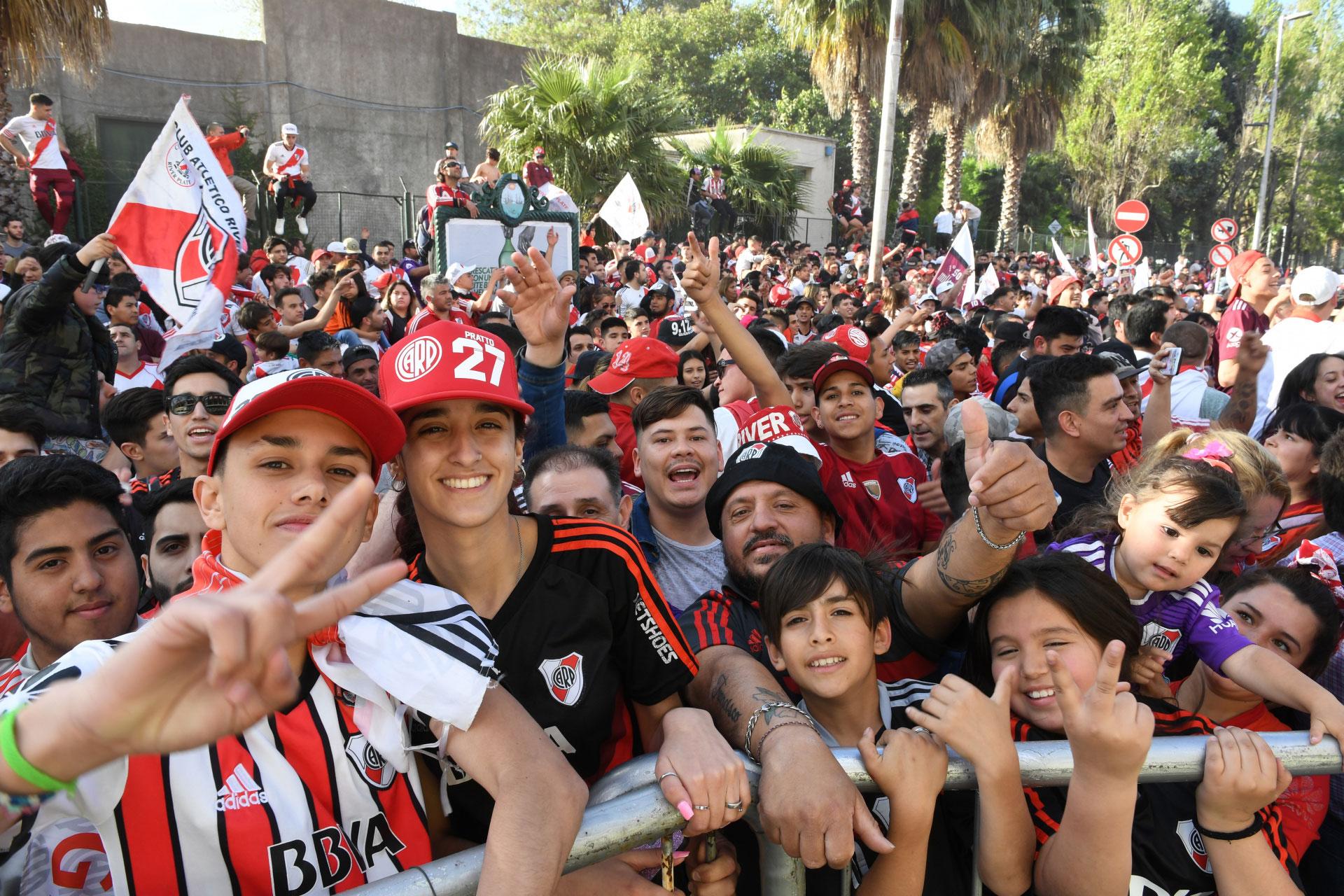Los fanáticos entonaron canciones en apoyo al Millonario y recordando la victoria en Madrid