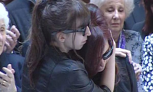 Uno de los momentos más emotivos del funeral fue cuando un hombre que había entrado desde la calle a despedir desde lejos a Kirchner rompió el silencio sepulcral que había gobernado hasta ese momento el salón.