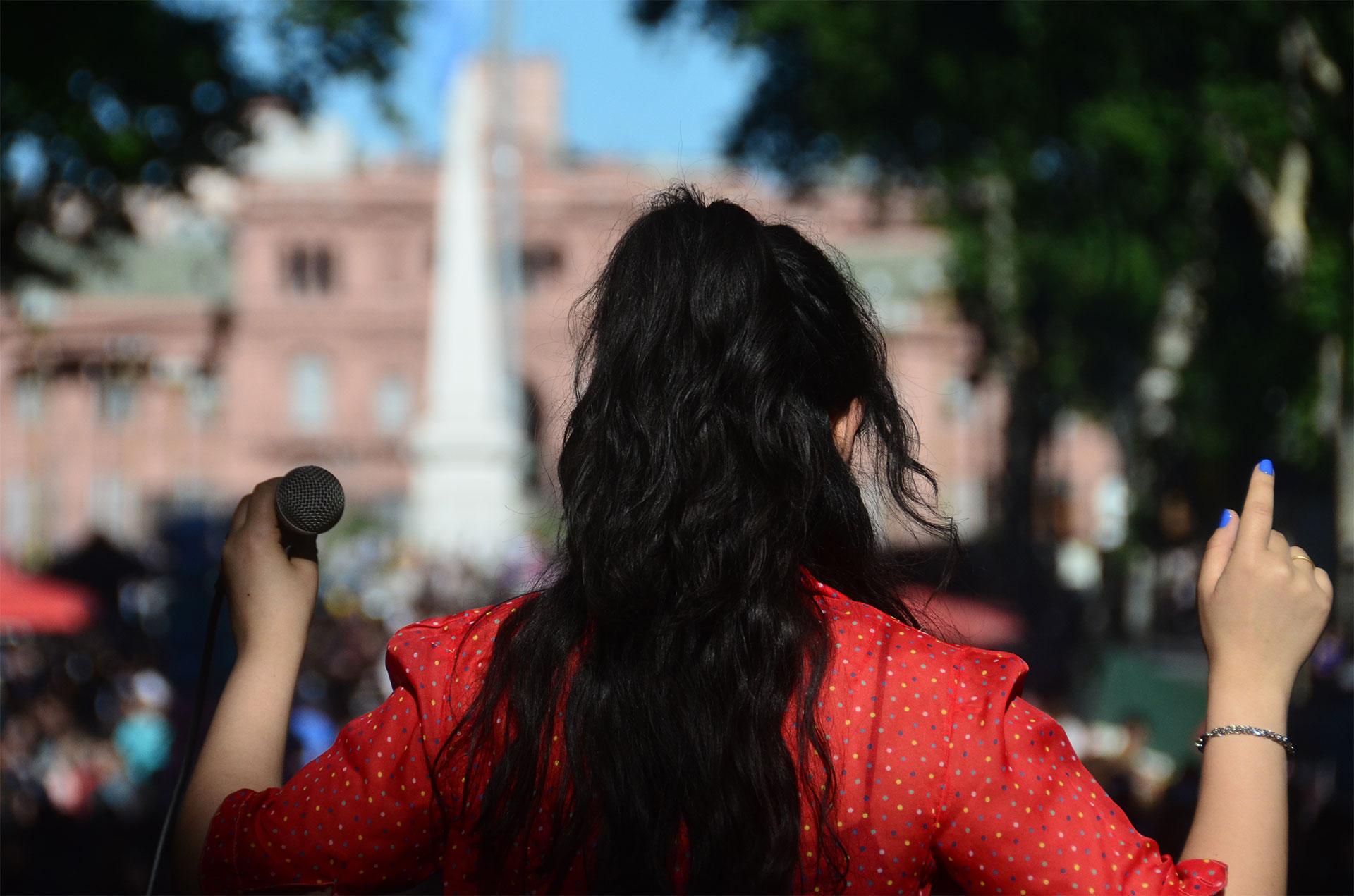 Caminatón es un recital itinerante que desde hace 25 años cuenta con el apoyo de diferentes artistas y bandas musicales, además de periodistas y celebridades, con el que se busca concientizar sobre la prevención y el correcto uso de los preservativos. Arriba de un escenario en movimiento, el público recorre dos mil metros bajo el lema