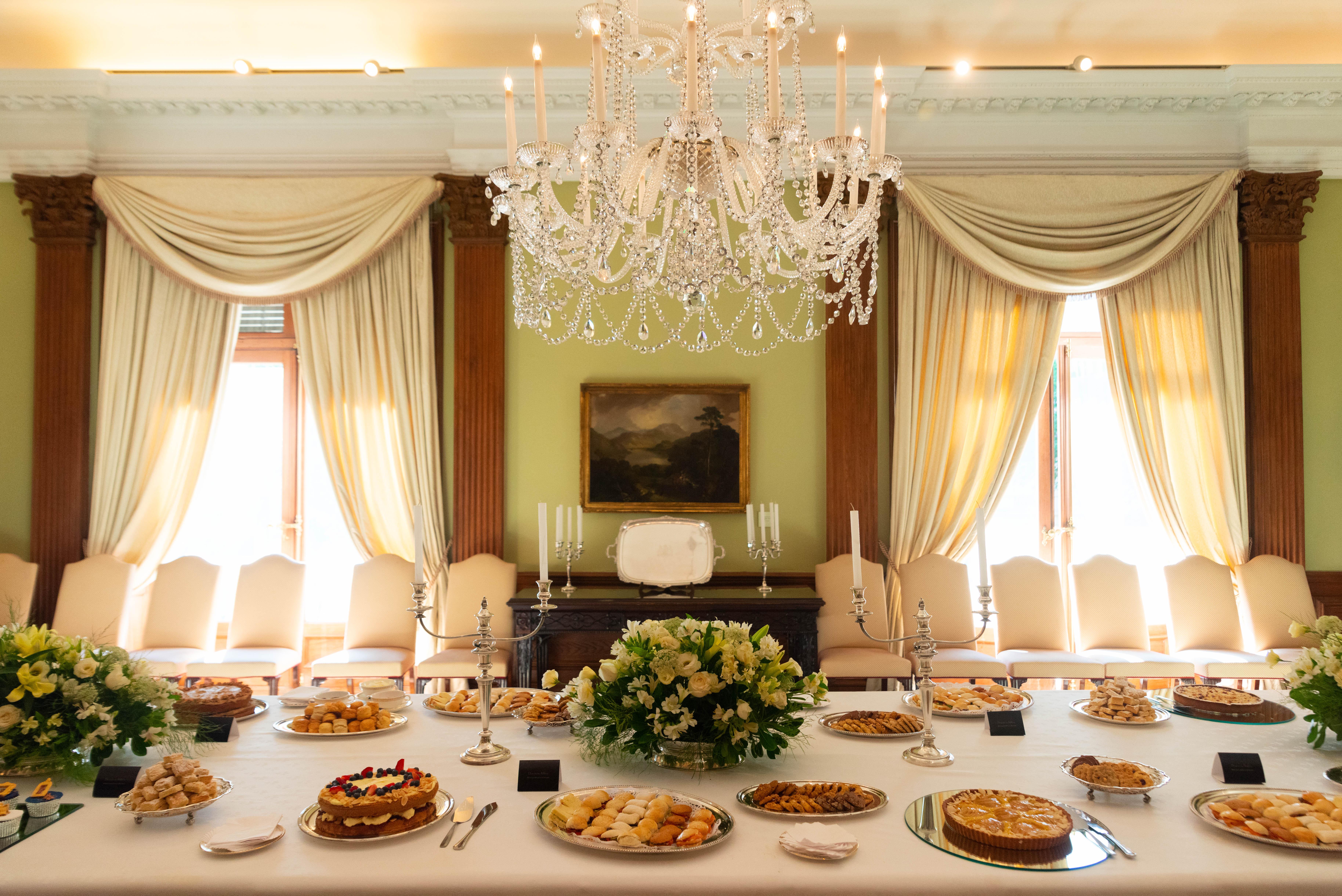 La tradicional ceremonia del té británico incluyó diversas delicias de la pastelería
