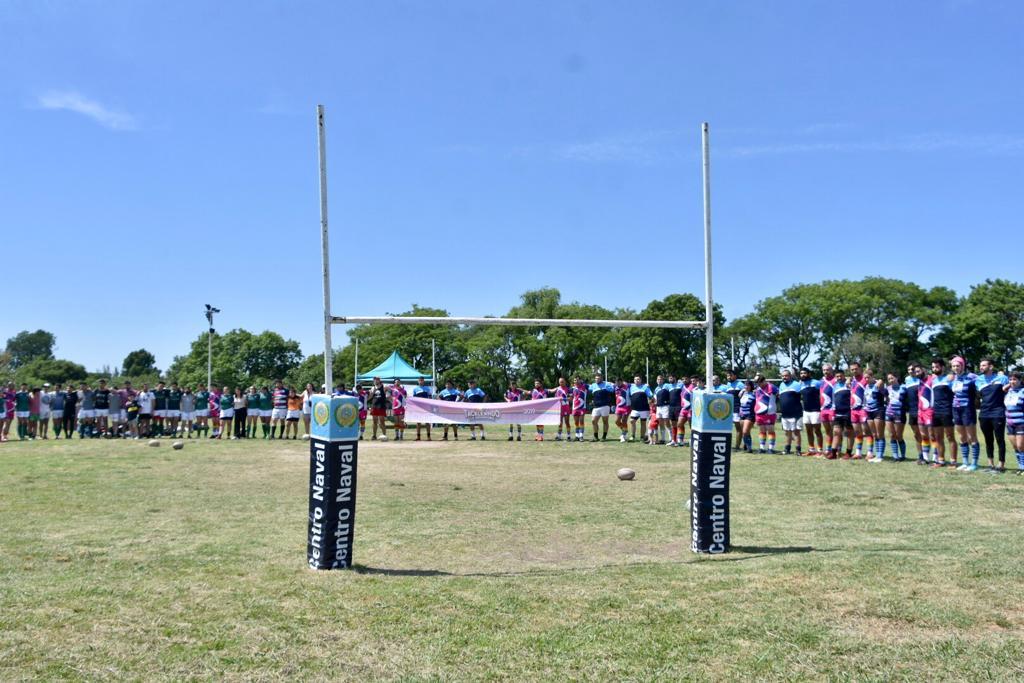 Los equipos formados próximos a los postes de una de las canchas de rugby del Centro Naval