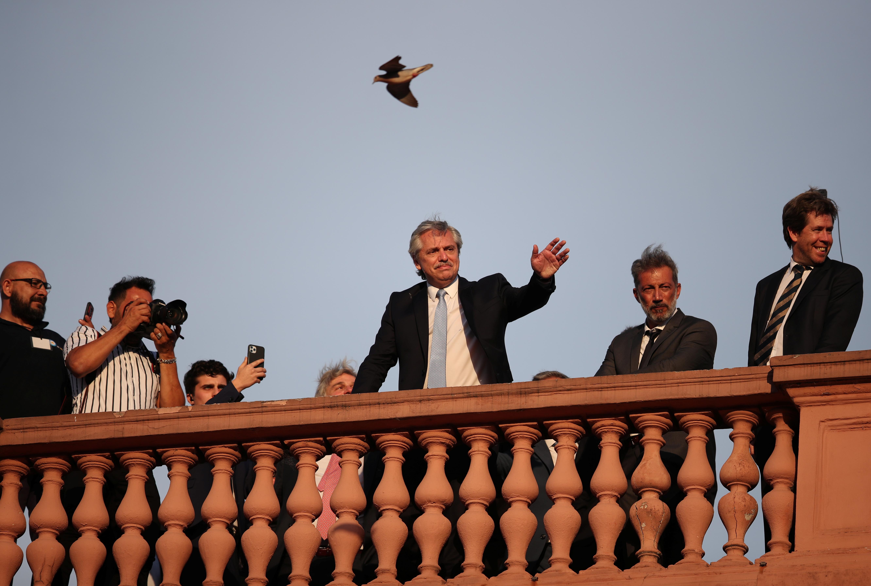 Alberto Fernandez saluda desde el balcón de la Casa Rosada a la multitud que se reunió en la Plaza de Mayo