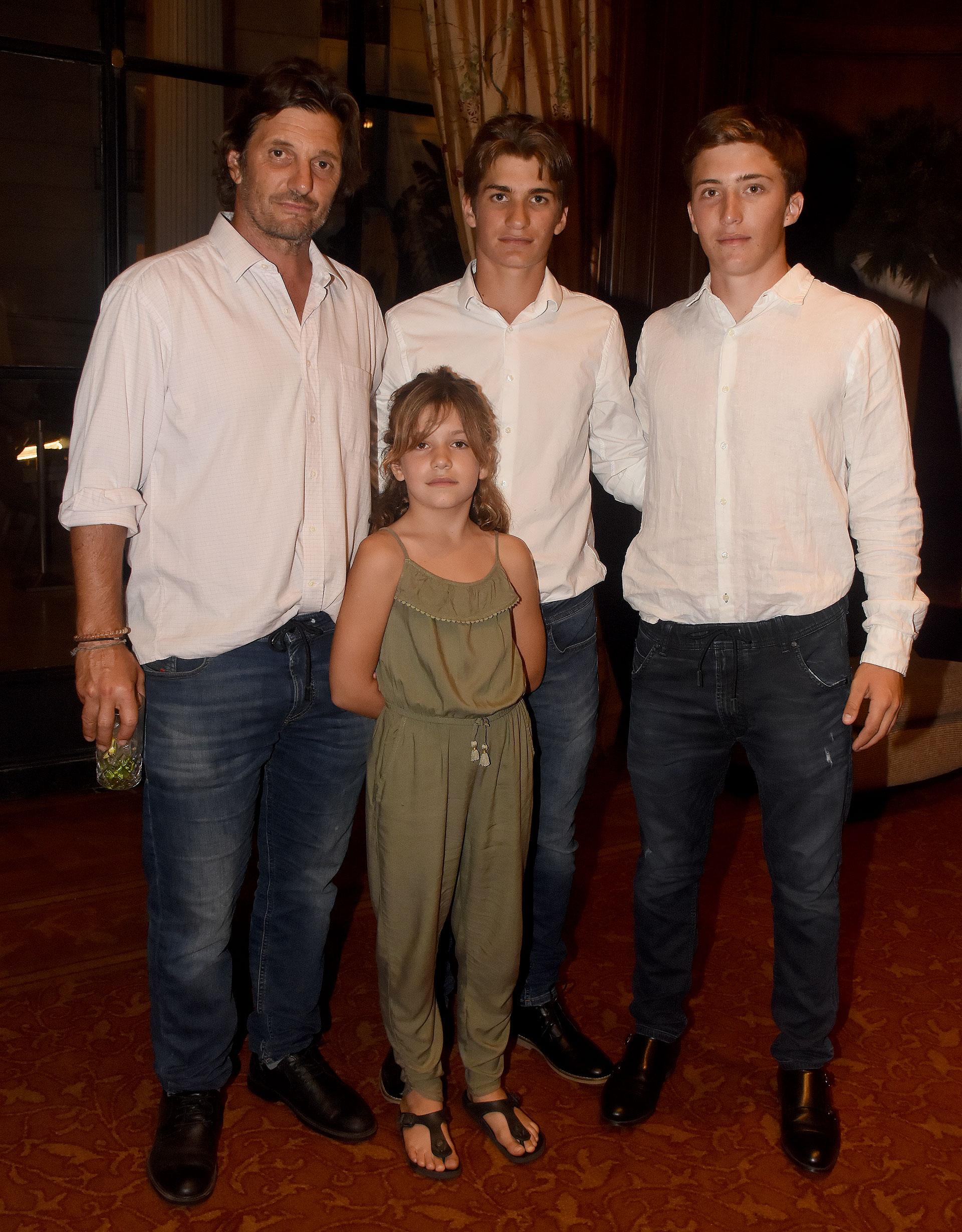 Bartolomé Castagnola junto a sus tres hijos: Lola, Camilo y Bartolomé