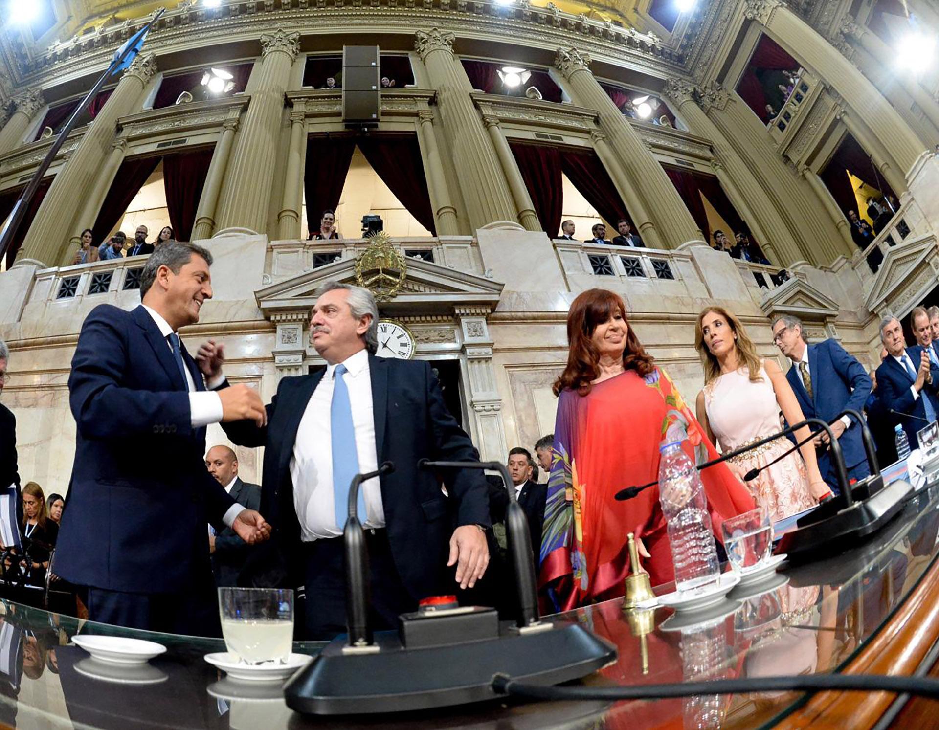 El momento en que el presidente Alberto Fernández ingresa al recinto para dar el discurso