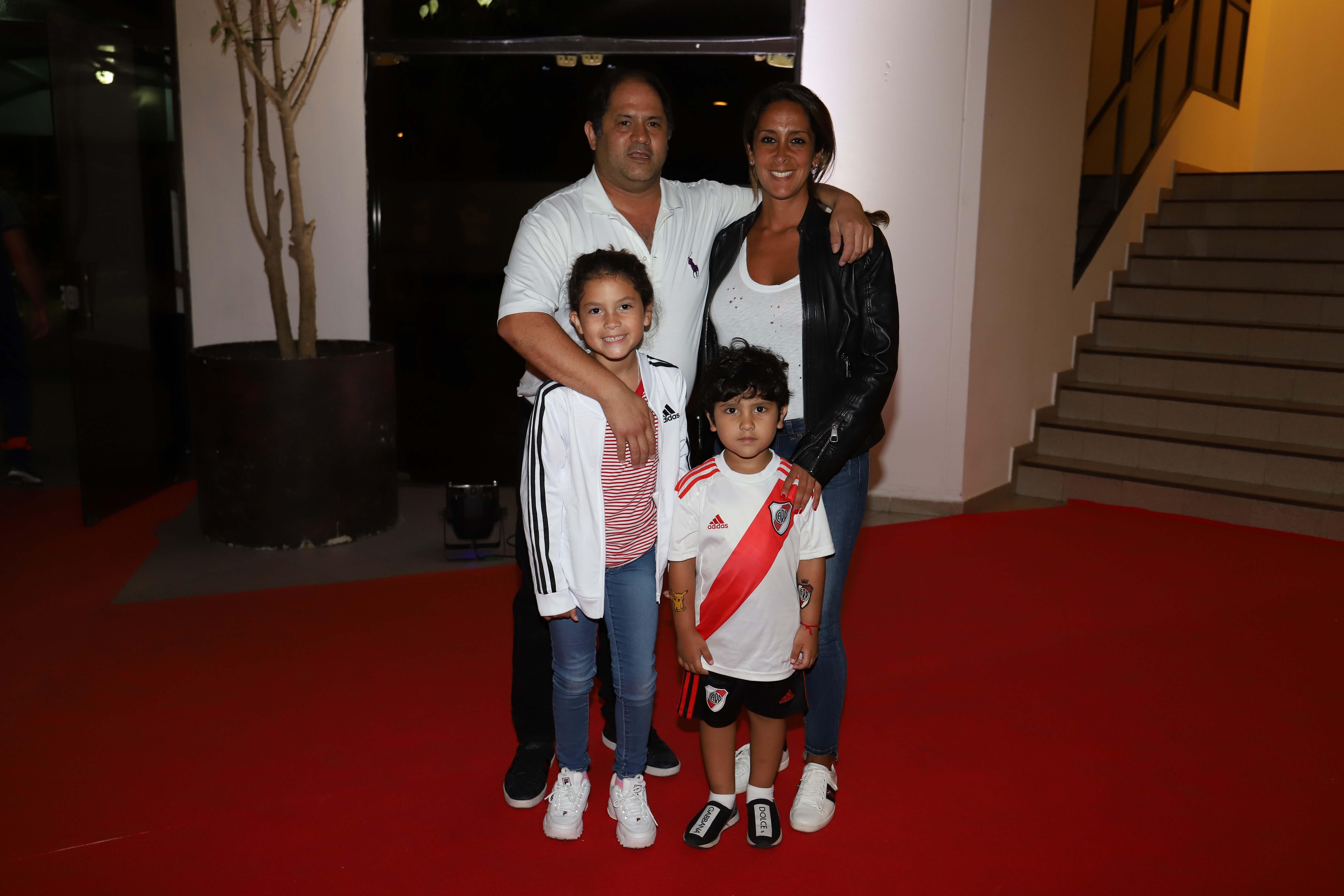 Felipe y Vanesa Noble Herrera junto a sus hijos Mora y León