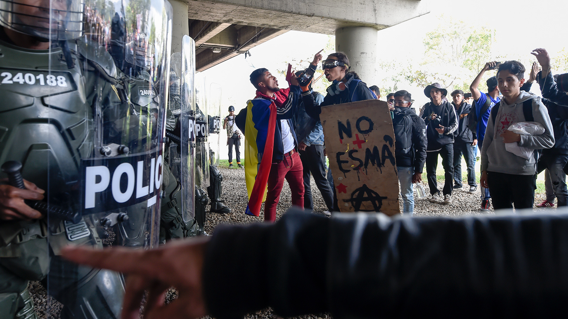 EDITORS NOTE: Graphic content / Demonstrators confront riot police in Bogota, on November 21, 2019, during a nationwide strike called by students, unions and indigenous groups to protest against the government of Colombia's President Ivan Duque. (Photo by JUAN BARRETO / AFP)