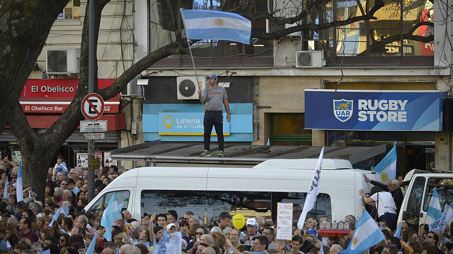 Las banderas celestes fueron el principal distintivo entre el público del acto