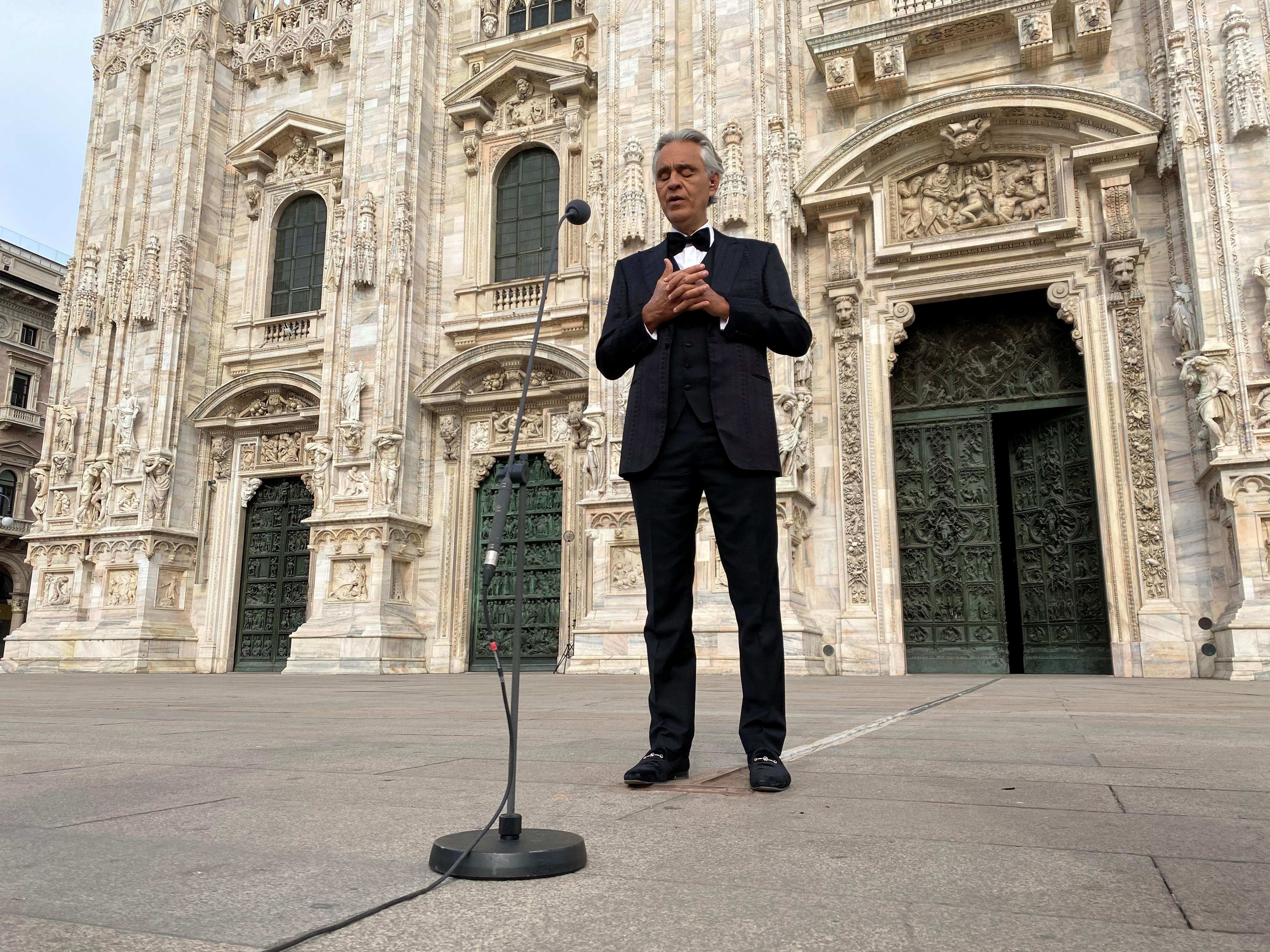 El reconocido cantante interpretó sus grandes clásicos por las víctimas del COVID-19 en Italia y en el mundo