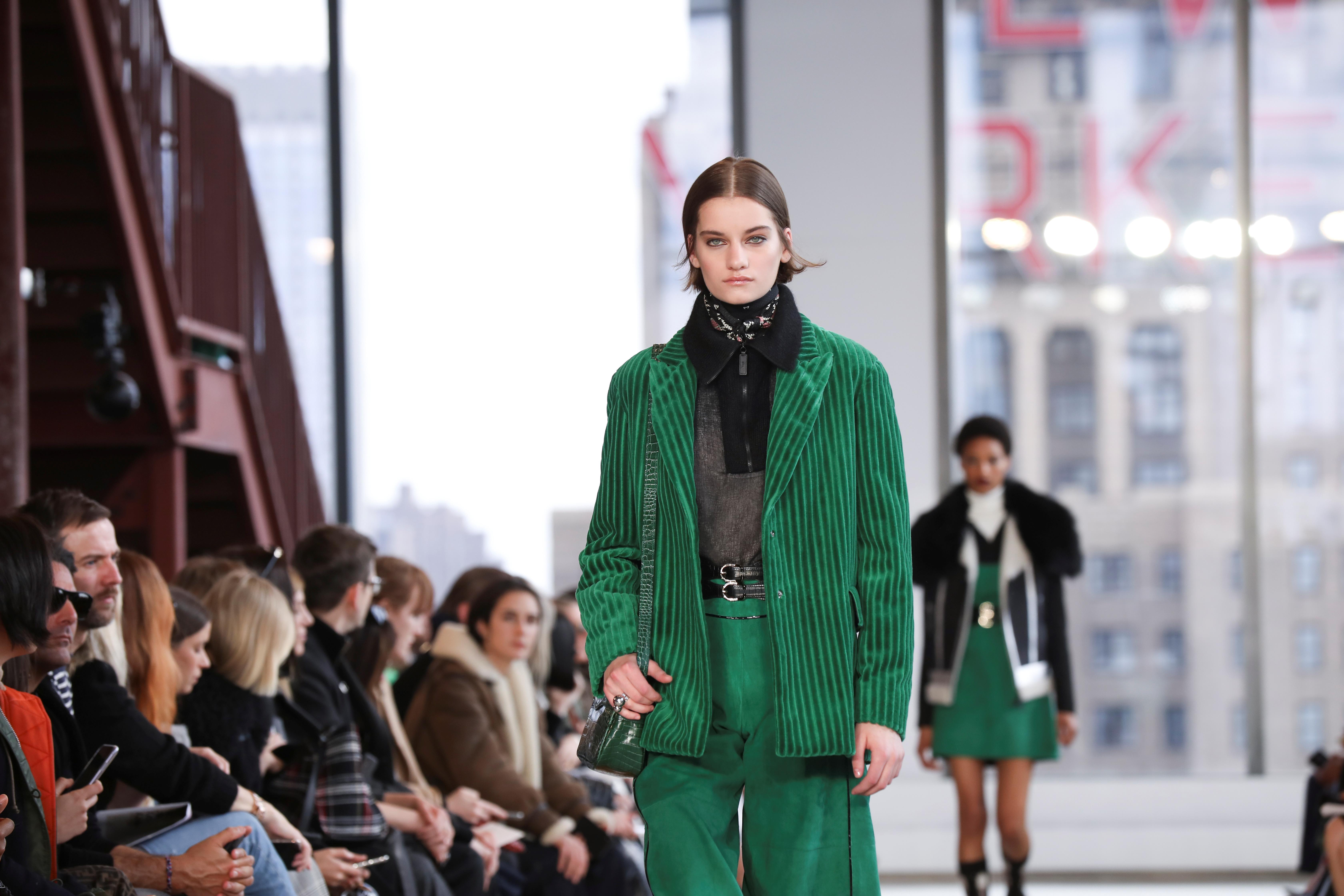 Los principales colores que se vieron para este otoño-invierno 2020 presentados por Longchamp fue charol brillante, rojo, verde, amarillo, plateado y negro. En pasarela, un conjunto de saco y pantalón de terciopelo en color verde esmeralda