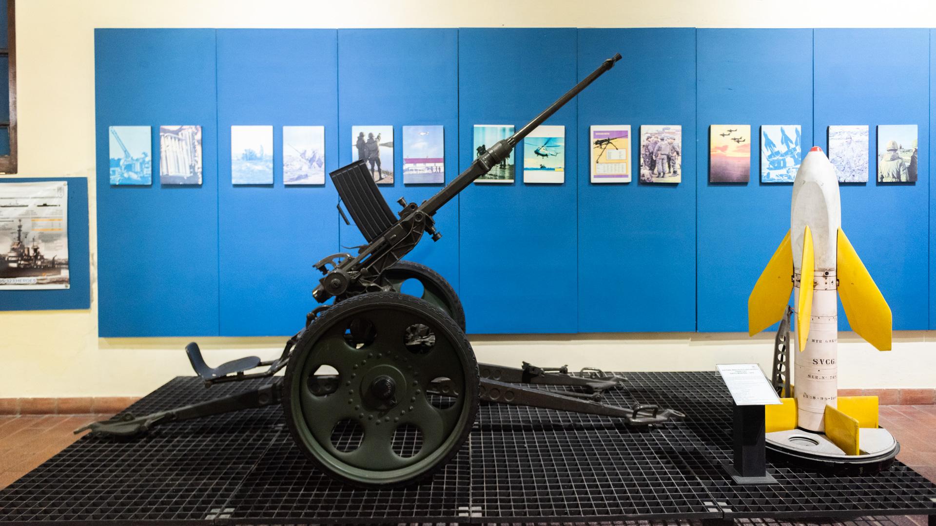 Un cañon antiaéreo se exhibe junto a un misil utilizados durante el transcurso de las batallas