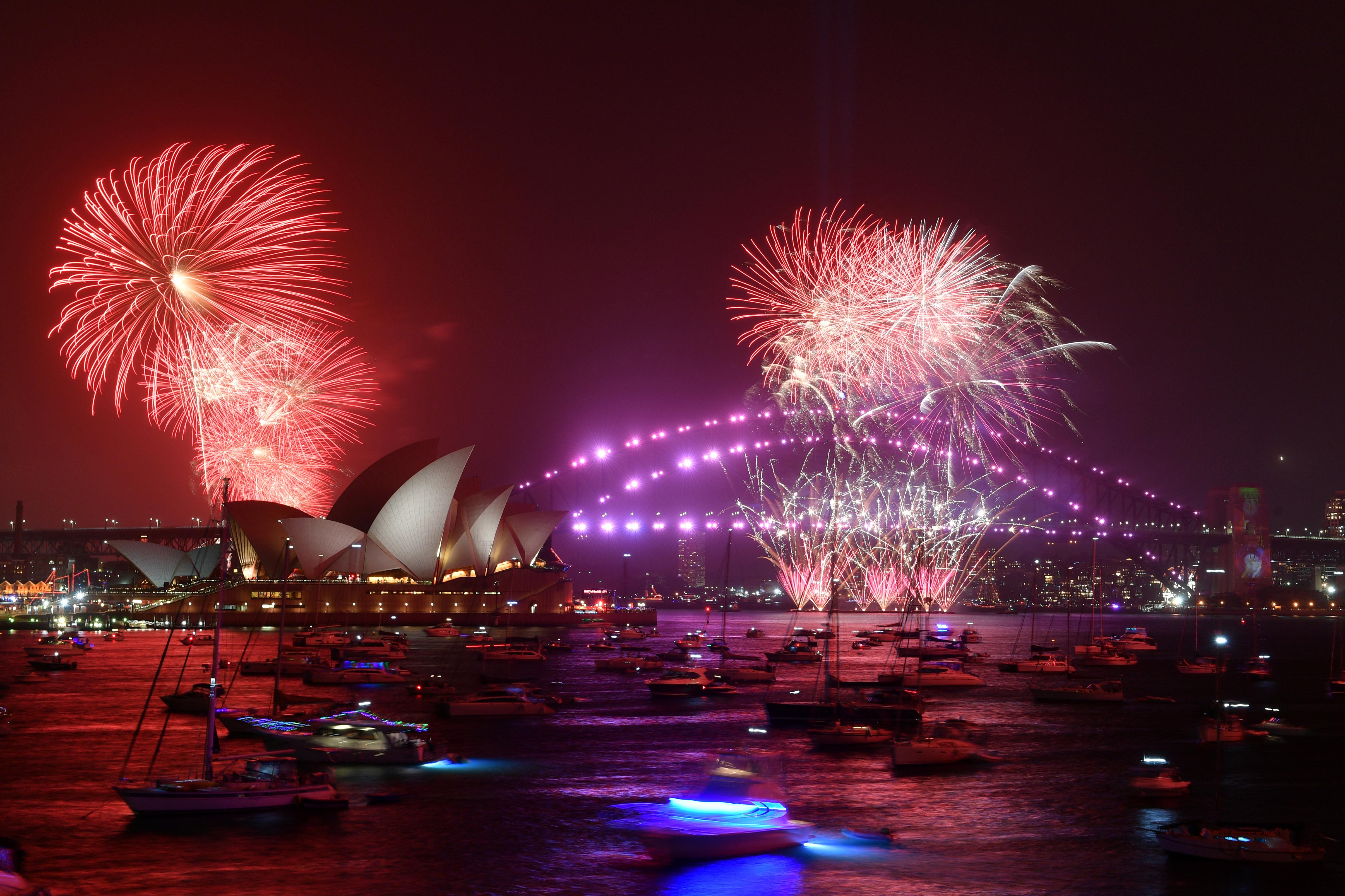 Fuegos artificiales sobre la ópera de Sidney. La tradición no se interrumpió a pesar de los incendios forestales que padecen gran parte del país.