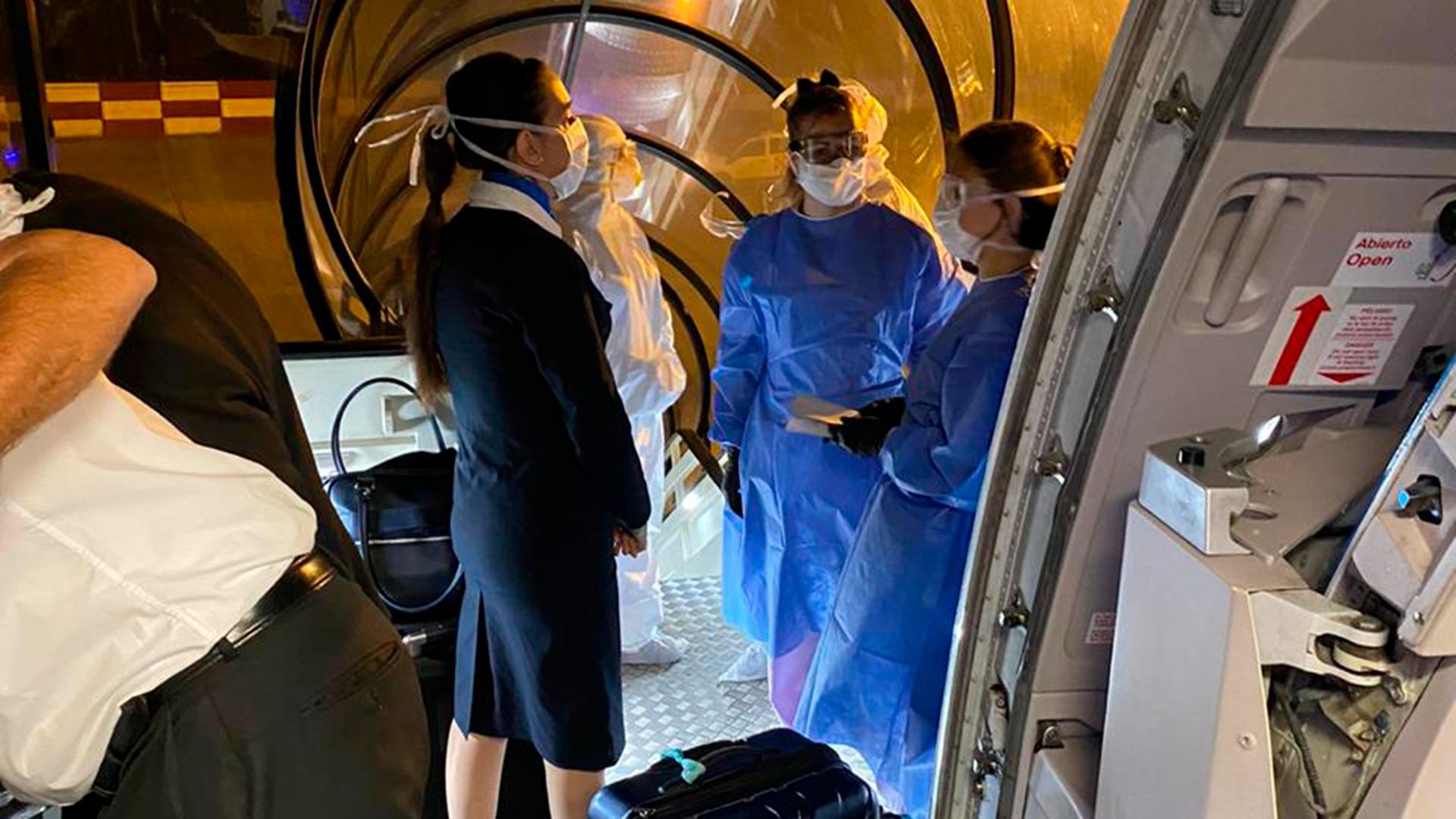 Coronavirus: activaron el protocolo en Ezeiza, a bordo de un avión ...