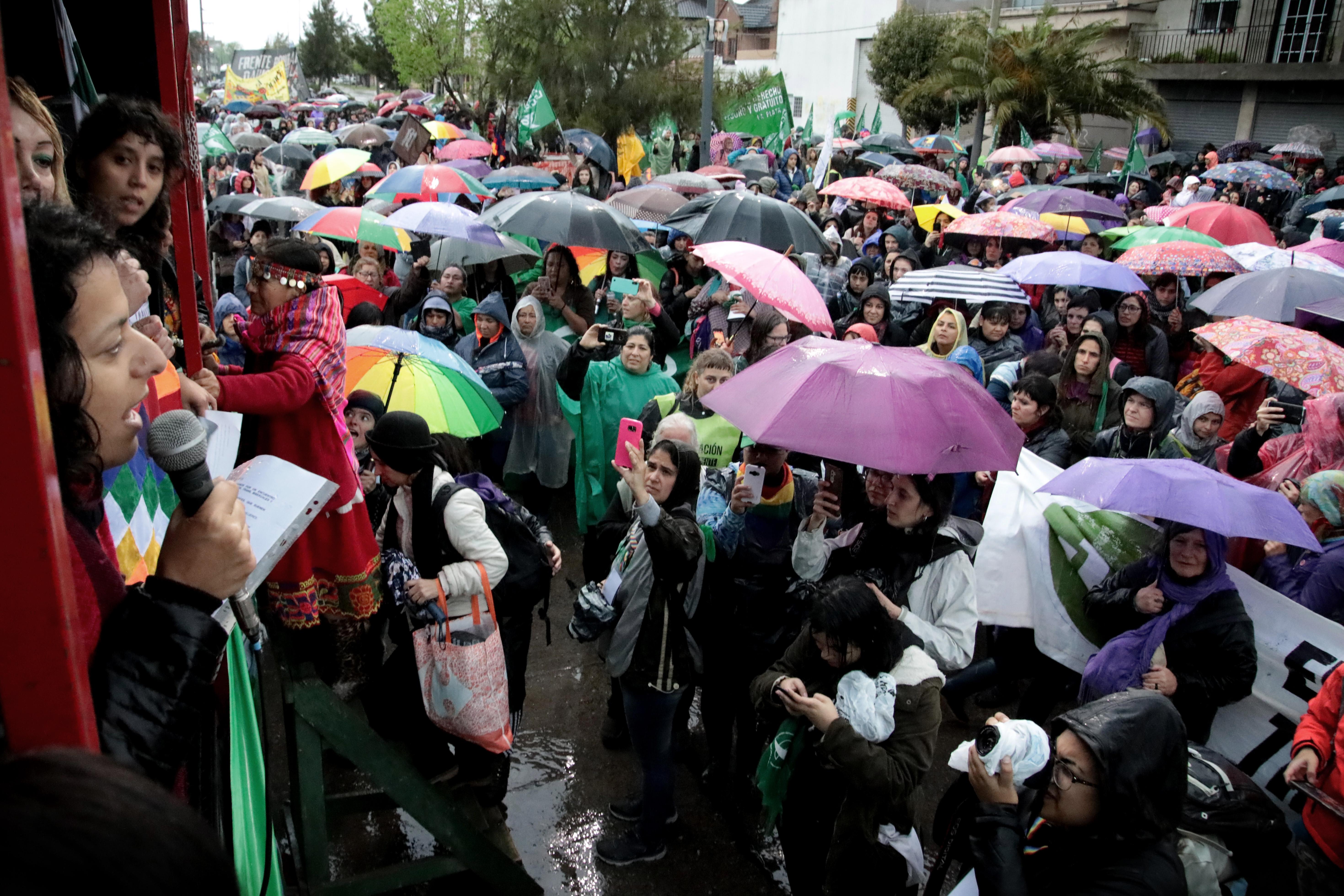 De 9 a 17 de mañana, domingo, en forma simultánea, tendrán lugar la Peatonal Feminista y la Feria Pluridiscidente, entre las plazas comprendidas por avenida 7 entre 53 y 66