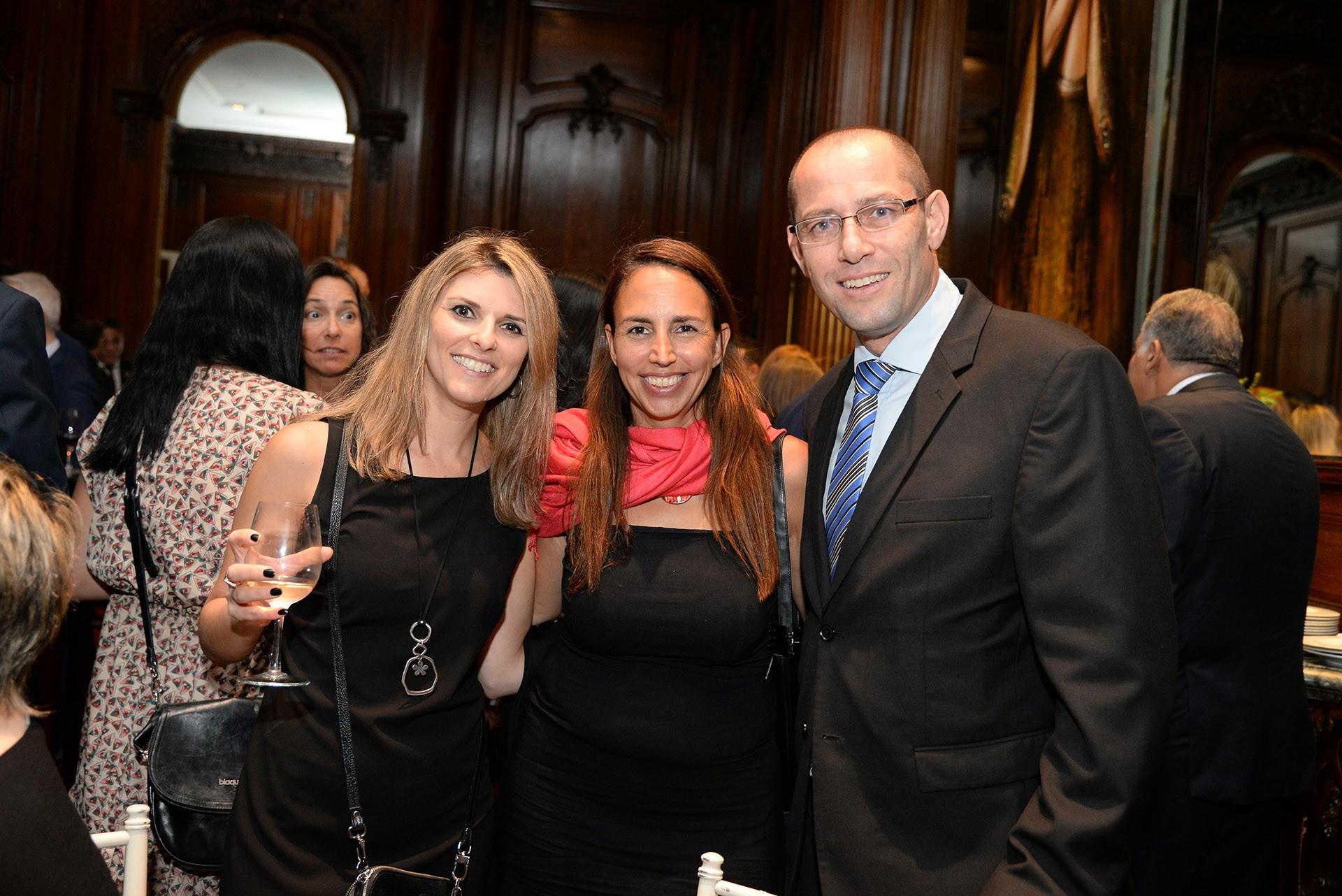 Yael Nahir, cónsul de Israel, junto a Einat y Ronen Krausz, ministro consejero de la embajada de Israel