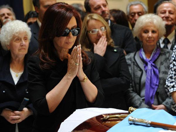 Cristina Fernández de Kirchner estuvo acompañada por su madre, Ofelia Esther Wilhelm (izq.), su cuñada Alicia Kirchner (centro) y Estela de Carlotto, las mujeres que, junto a Florencia más cerca estuvieron de la Presidenta durante las horas más dramáticas de su vida