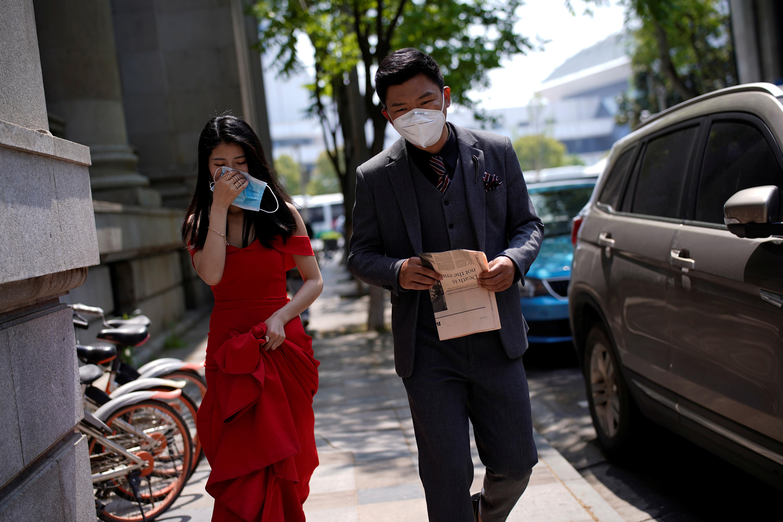 Una pareja participa de una sesión de fotos tras el levantamiento de la cuarentena en Wuhan (Reuters)