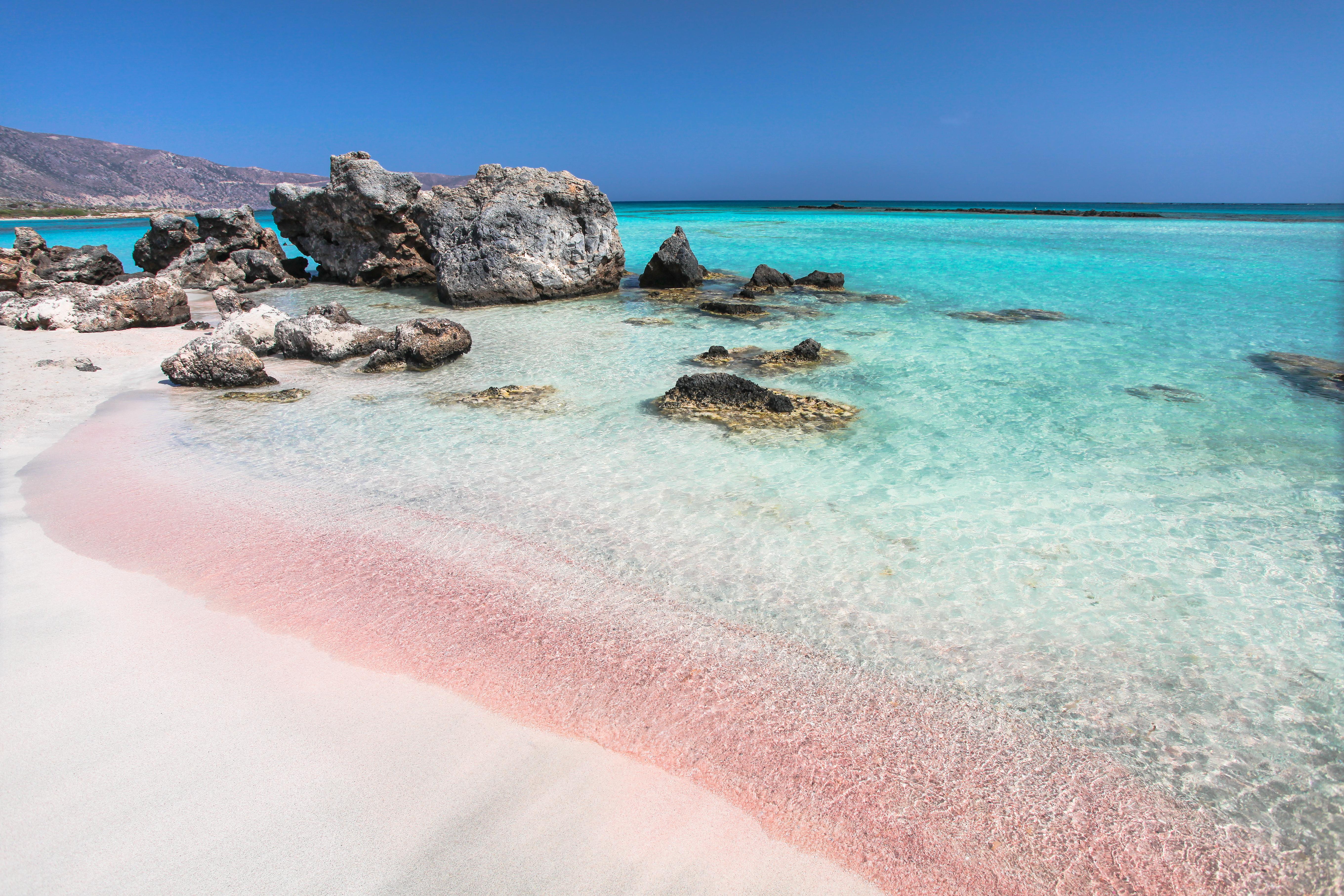 La playa de Elafonisi es, sin duda, una de las playas más hermosas que Europa tiene para ofrecer. El remoto Elafonisi se encuentra escondido en el punto más al sudoeste de Creta. Su fina arena de color rosa coral, su agua color turquesa perfecta y sus dunas onduladas salpicadas de lirios de arena y enebros se asemejan más a un paraíso caribeño que a una isla griega