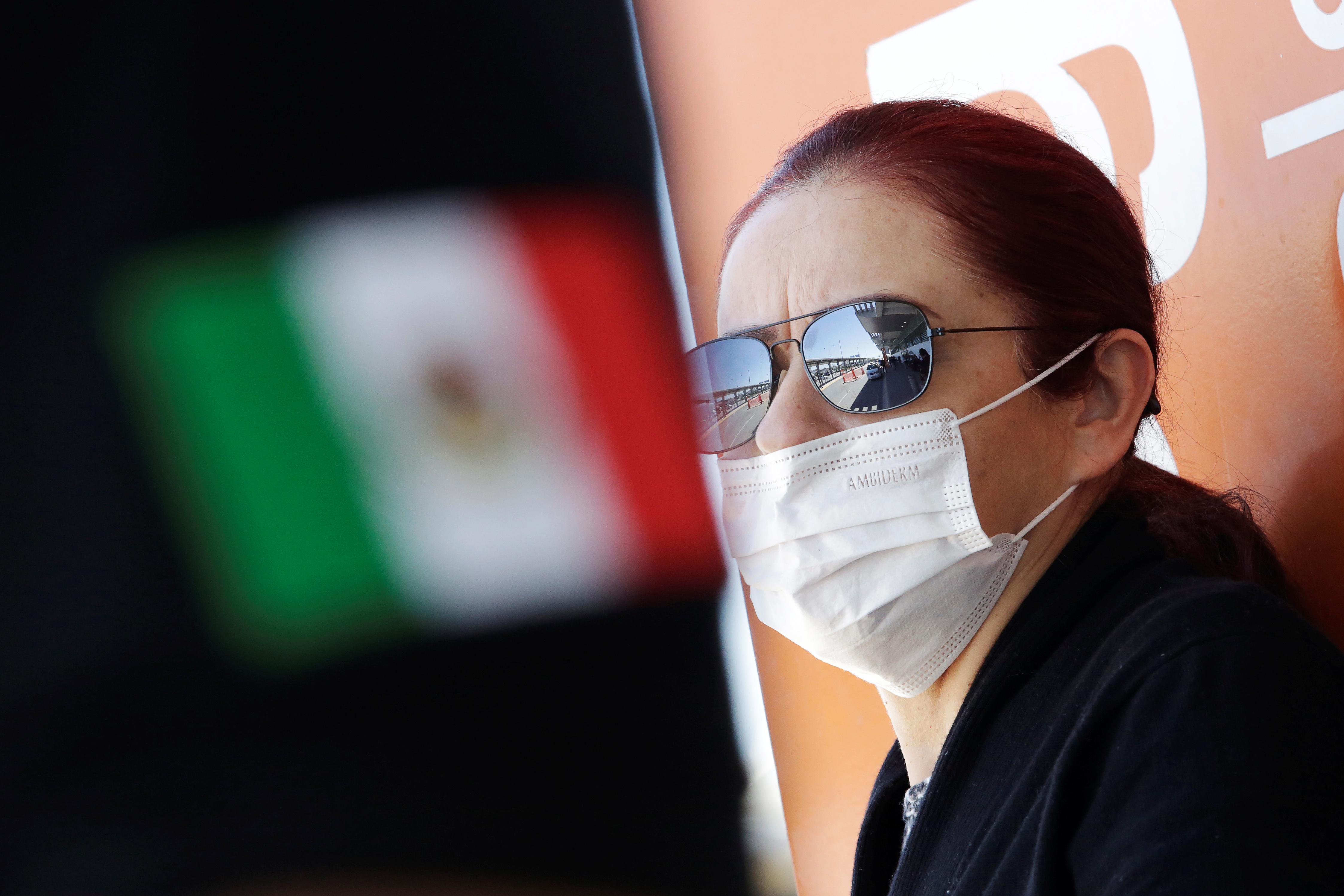 Una mujer usa una máscara facial para protegerse de la enfermedad por coronavirus (COVID-19) en el Aeropuerto Internacional Abraham González, en Ciudad Juárez, México, 14 de marzo de 2020.