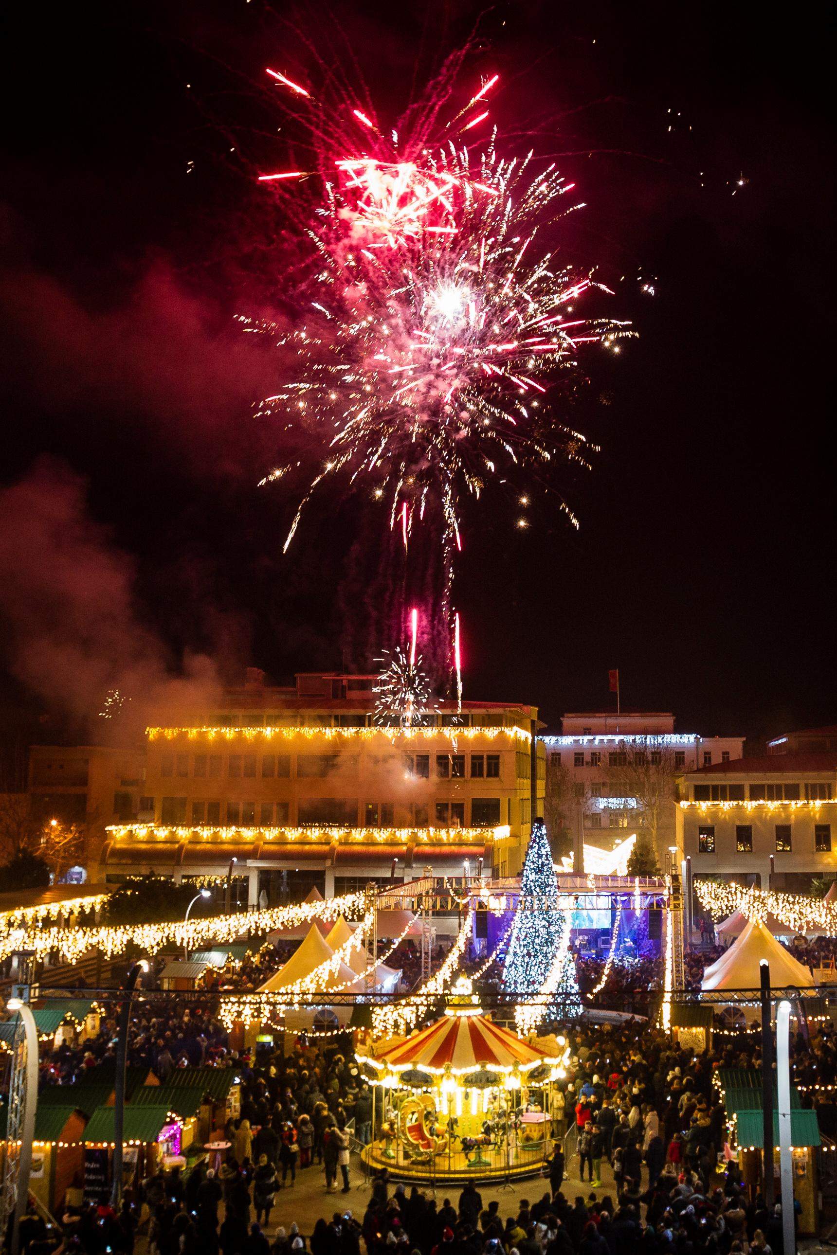 Fuegos artificiales explotaron sobre la plaza principal de Podgorica durante las celebraciones de Año Nuevo en Montenegro (REUTERS/Stevo Vasiljevic)