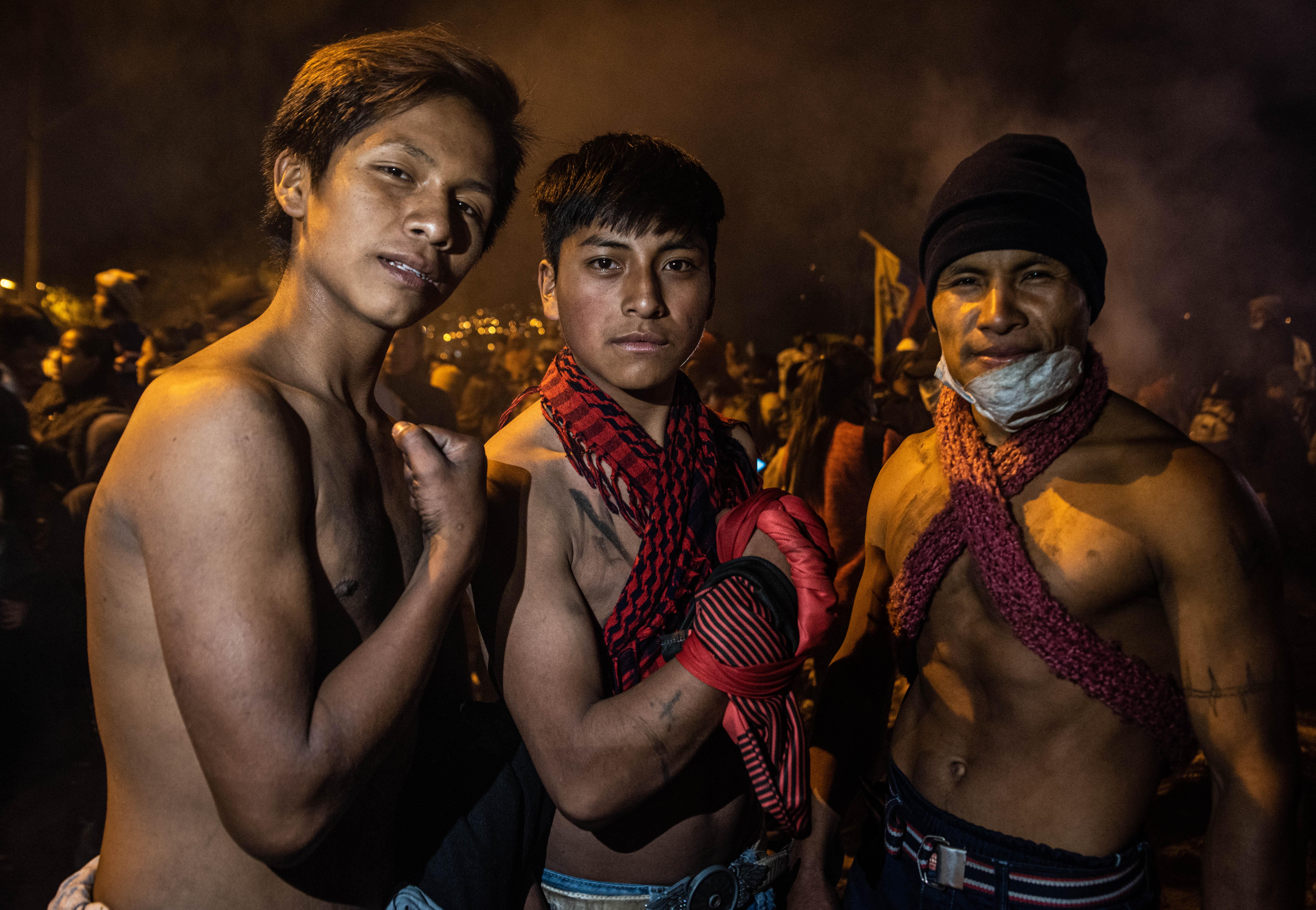 2 jóvenes con su padre en las calles de Quito durante los festejos por el anuncio de la derogación del decreto 883