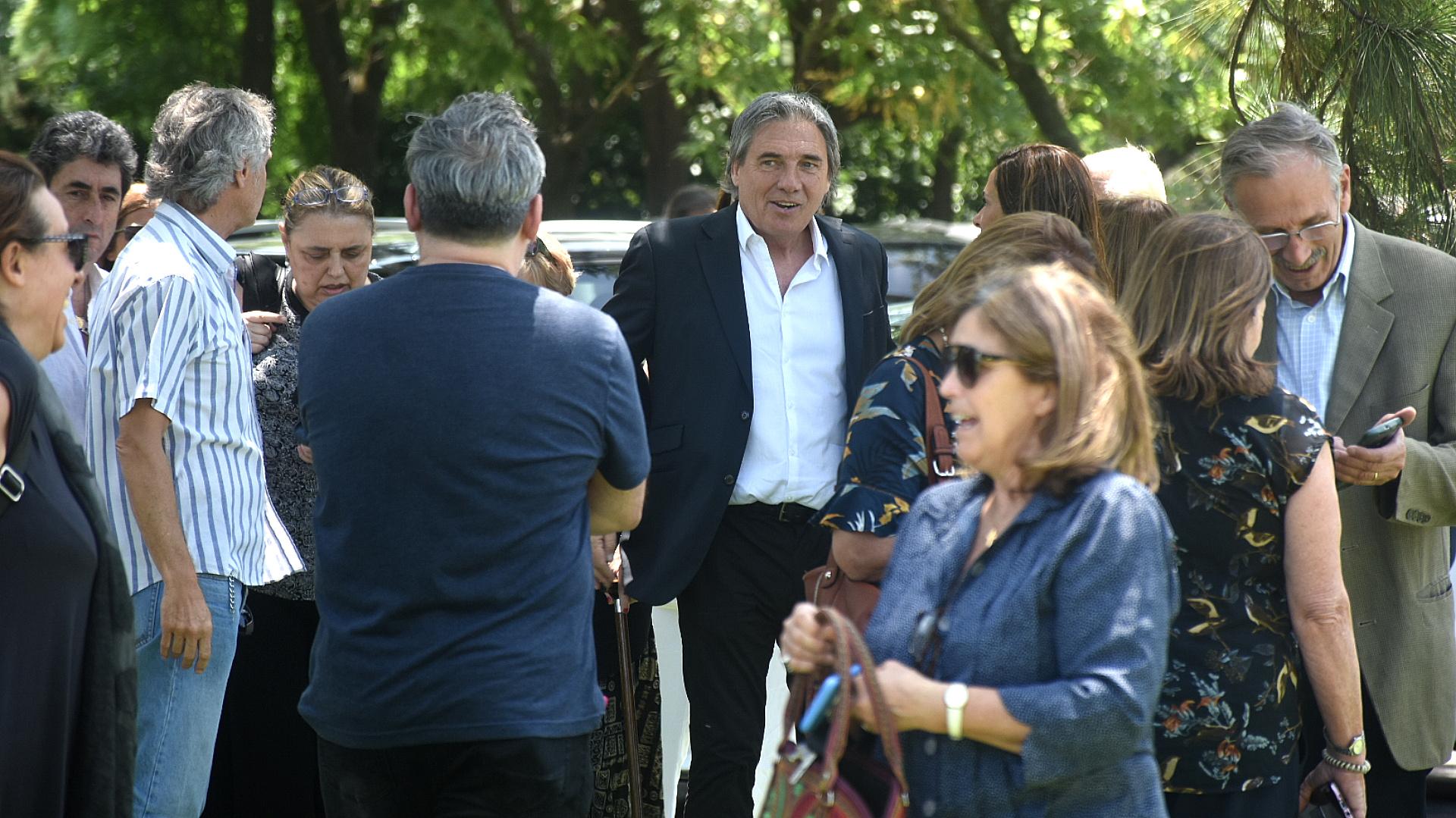 El músico Facundo Saravia con amigos de la familia