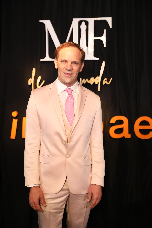 Thiago Pinheiro con un smoking rosa palo, una camisa blanca y una corbata que armonizaba a la perfección el look (Chule Valerga)