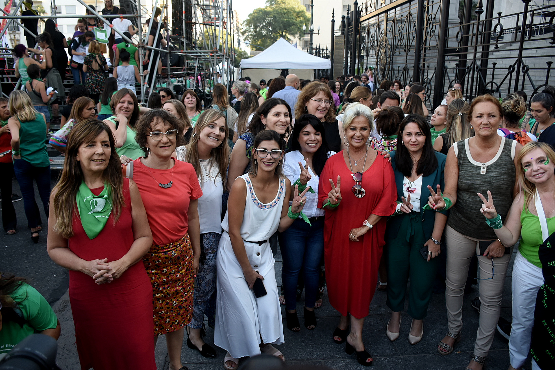 Las legisladoras que respaldan el proyecto de aborto legal se sumaron a la manifestación
