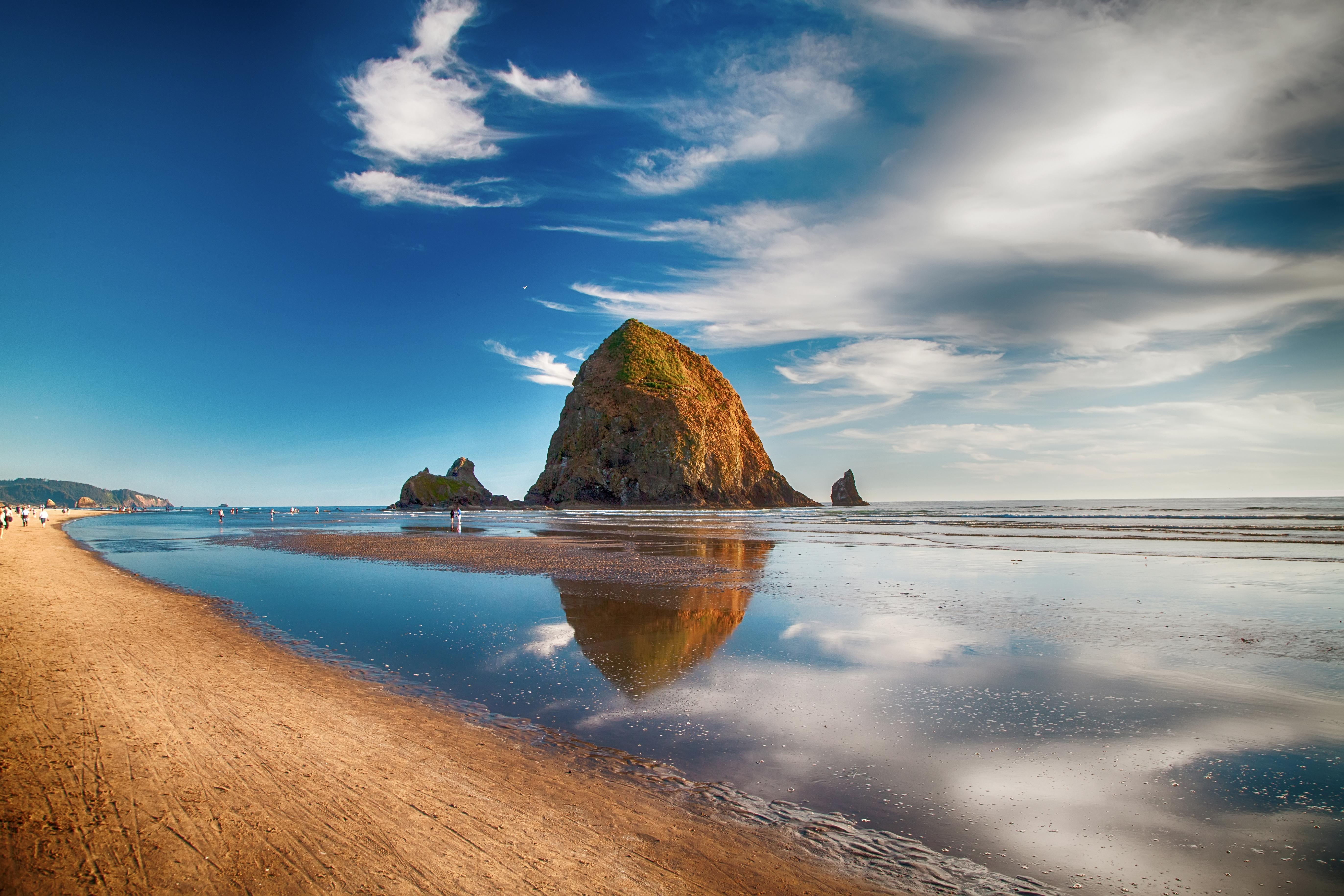 La creación más majestuosa del noroeste del Pacífico es Cannon Beach, en Oregon. Las majestuosas rocas se elevan muy por encima de la pintoresca costa, mientras que el cielo de acuarela pinta el mar en vibrantes tonos de azul y verde azulado durante todo el día. Esta playa distintiva y sus aguas se mantienen dulcemente frías con una temperatura promedio de 15° C // Fotos: Shutterstock