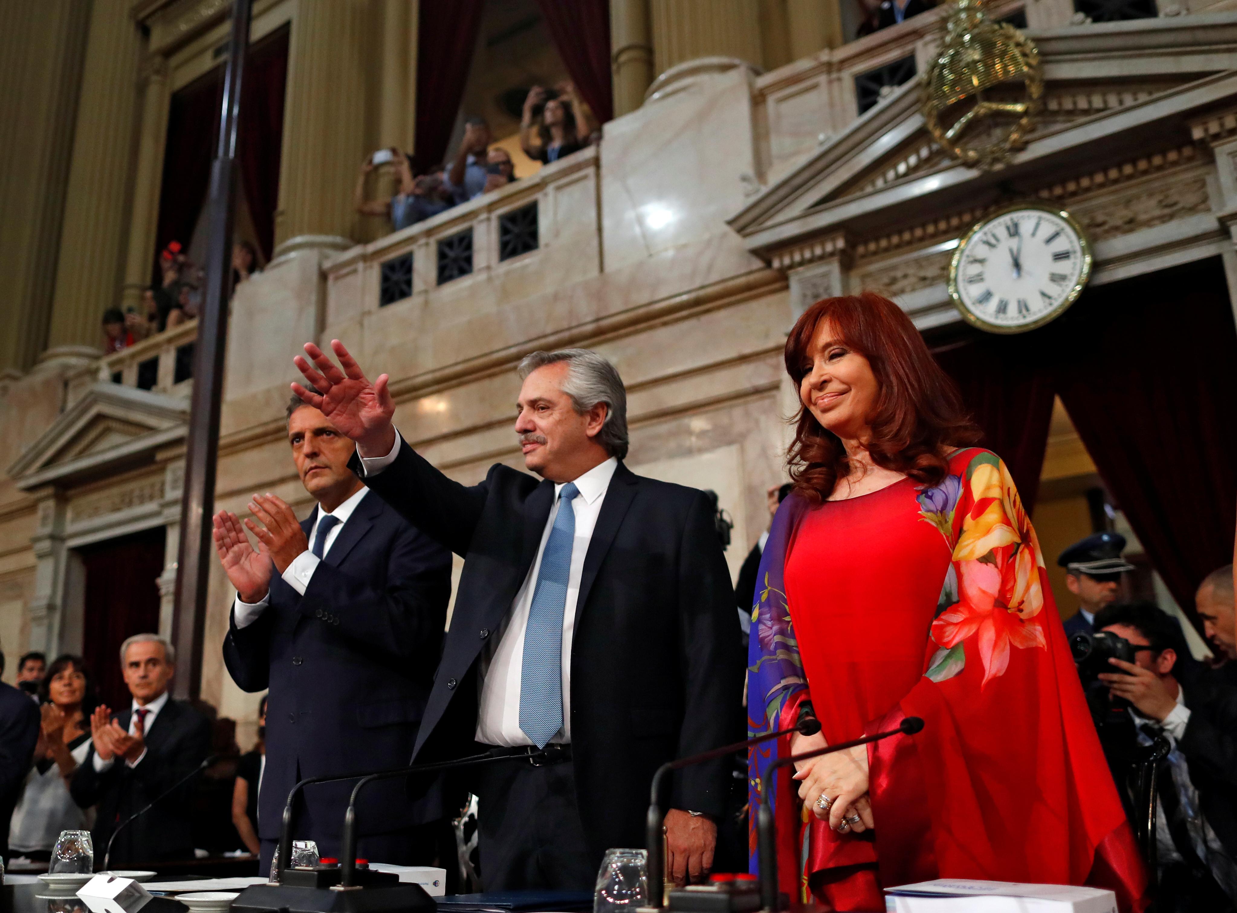 La apuesta de Cristina Fernández por un atuendo de varios tonos y estampas logró convertirse en el centro de todas las miradas. Su elección de maquillaje y cabello se mantuvieron dentro del estilo que ya es parte de su marca registrada, incluso en este caso donde el cabello cubre en parte la estampa sobre el hombro