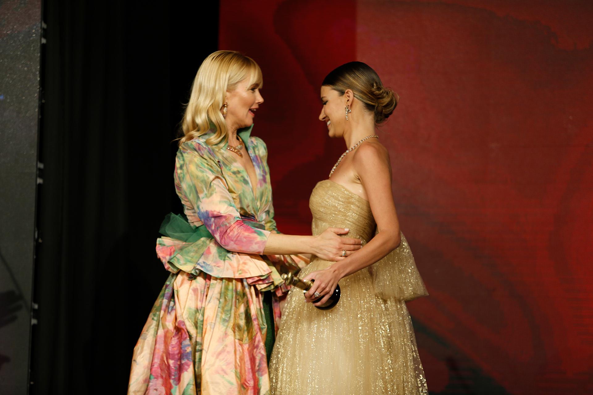 Valeria Mazza felicitó a Angie Landaburu por su premio y por su futuro casamiento en muy pocas semanas