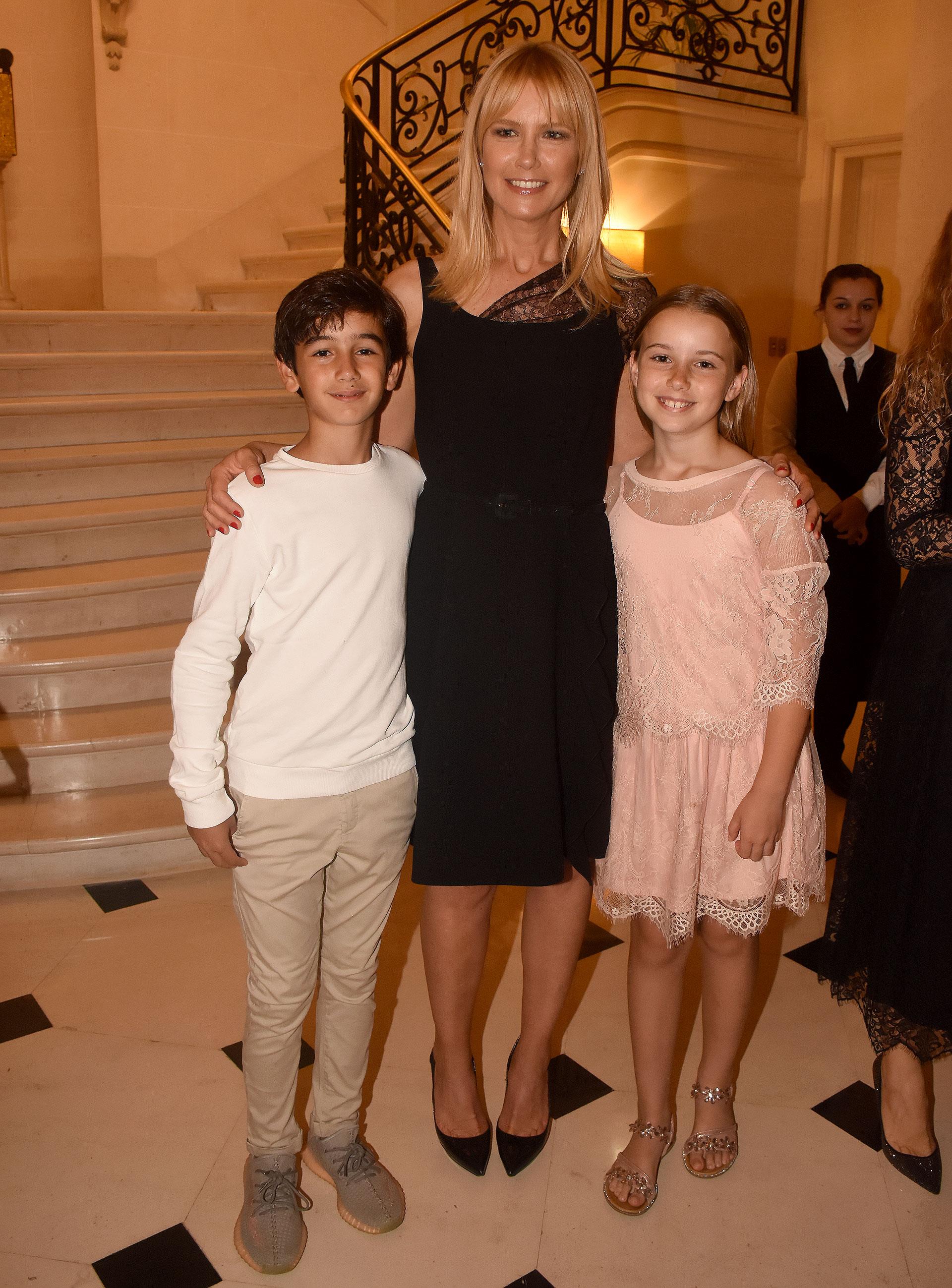 Valeria Mazza y su hija Taína junto a Federico Manzo, hijo menor del embajador italiano