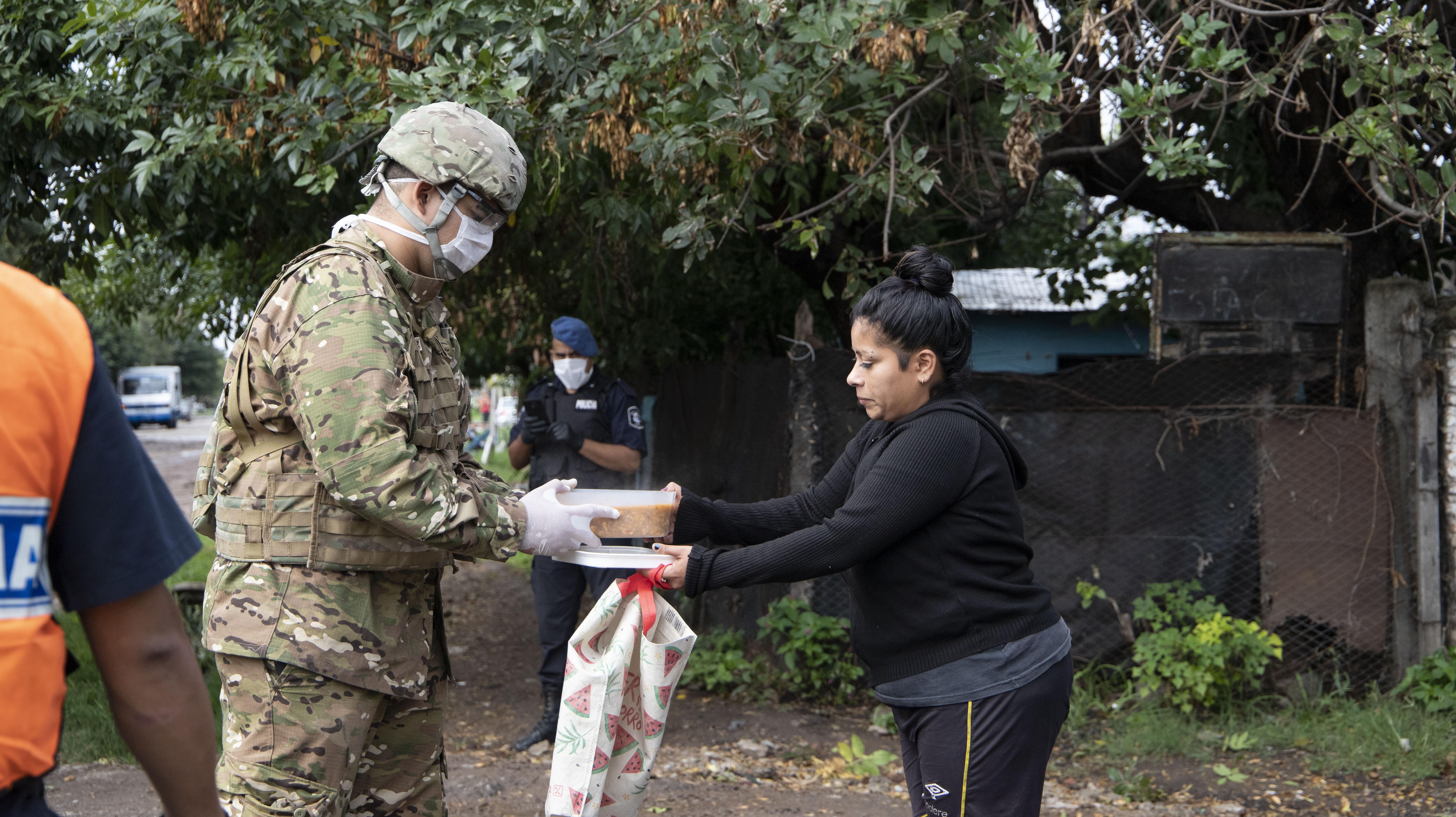 Una vecina se lleva la comida en un tupper a su casa